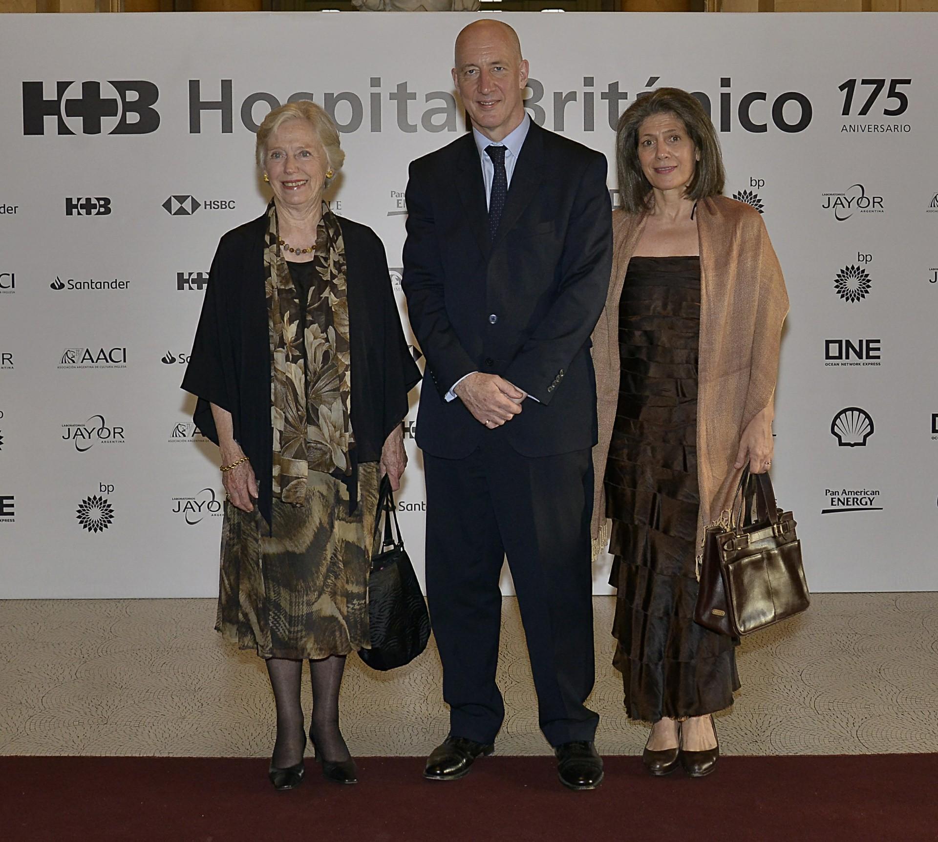 El embajador británico, Mark Kent, y su esposa Martine junto a la baronesa Gloria Hooper