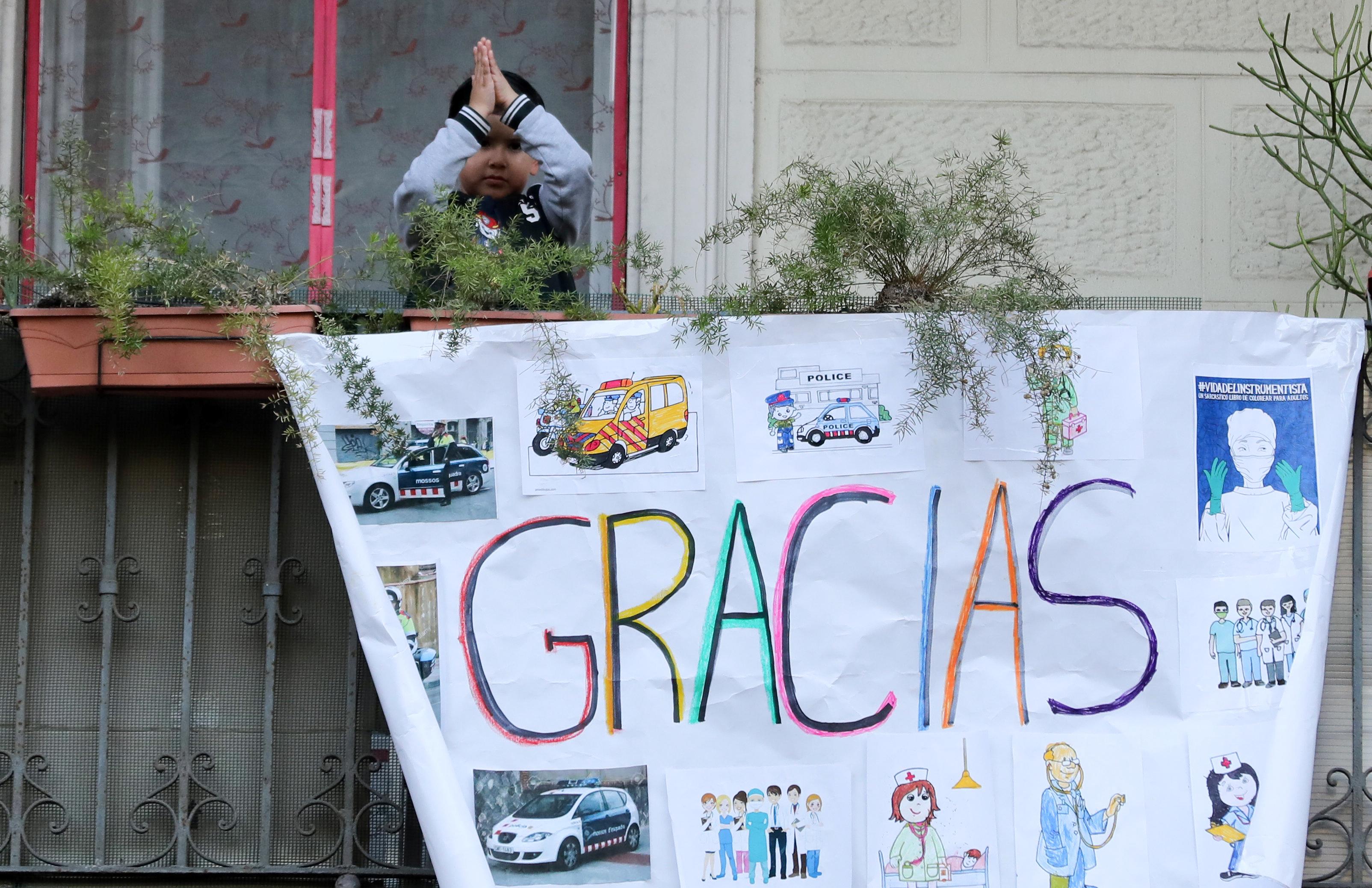 Un niño agradece desde el hospital Dos de Maig de Barcelona (REUTERS/Nacho Doce)