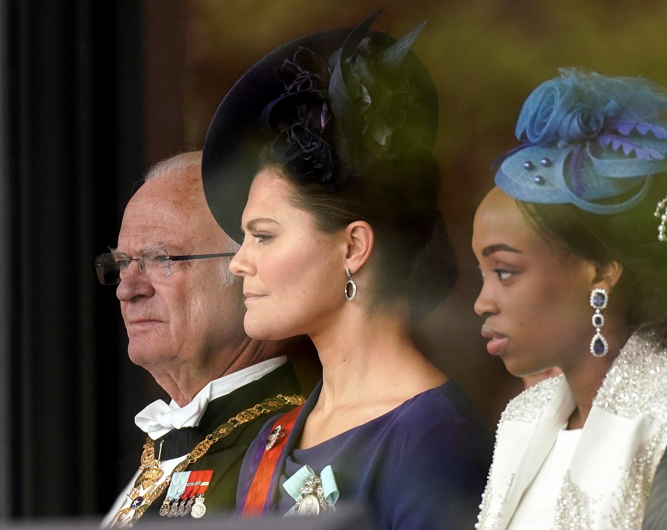 El rey sueco Carl XVI Gustaf (izquierda) y su hija, la princesa heredera Victoria (centro) asisten a la ceremonia de entronización del emperador (AFP)