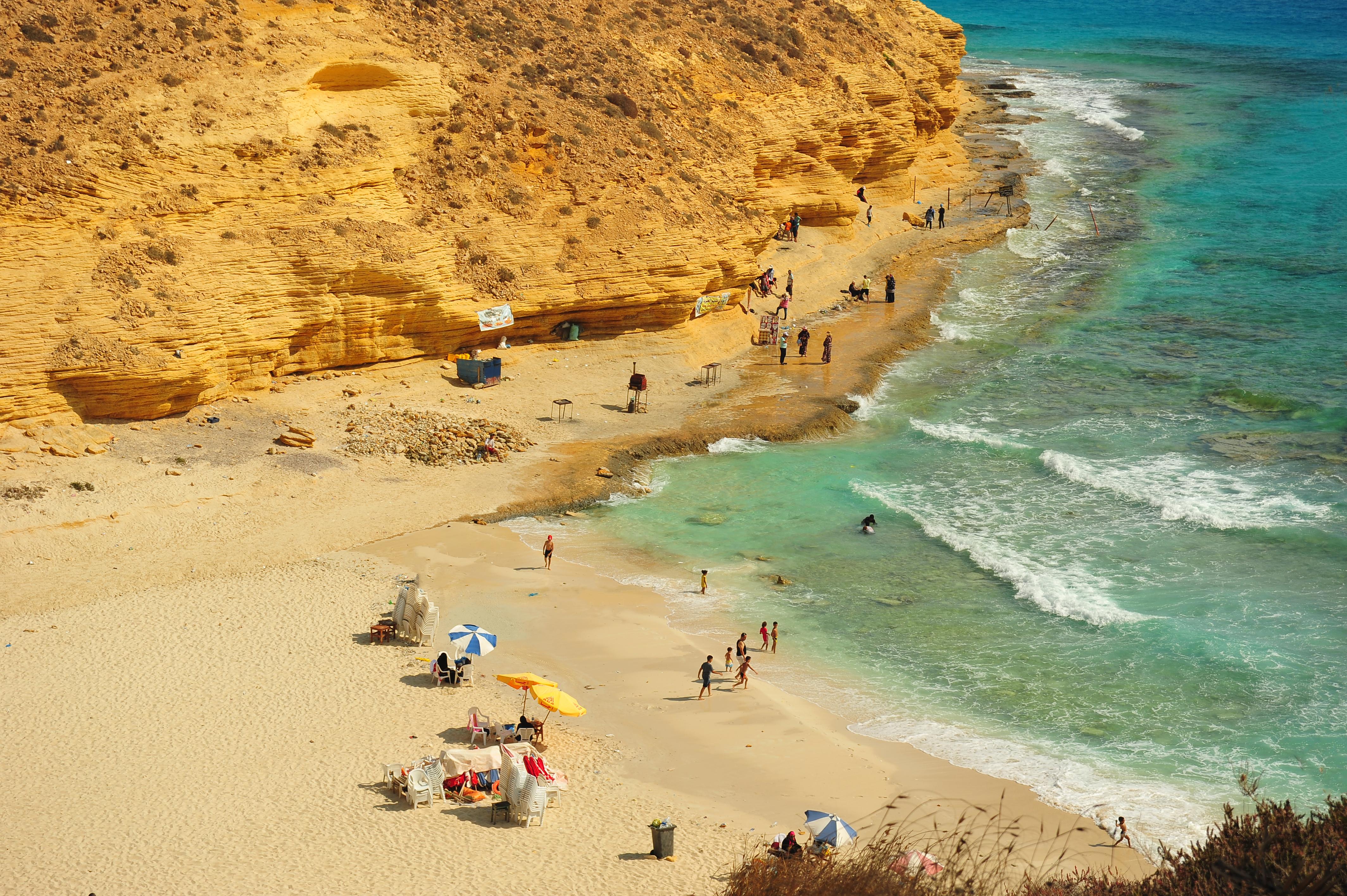 Agiba Beach conserva la esencia cultural de Egipto, escondida en la costa egipcia junto al impresionante mar Mediterráneo. Ubicada en Marsa Matruh, la playa está a pocos metros de la Roca de Cleopatra
