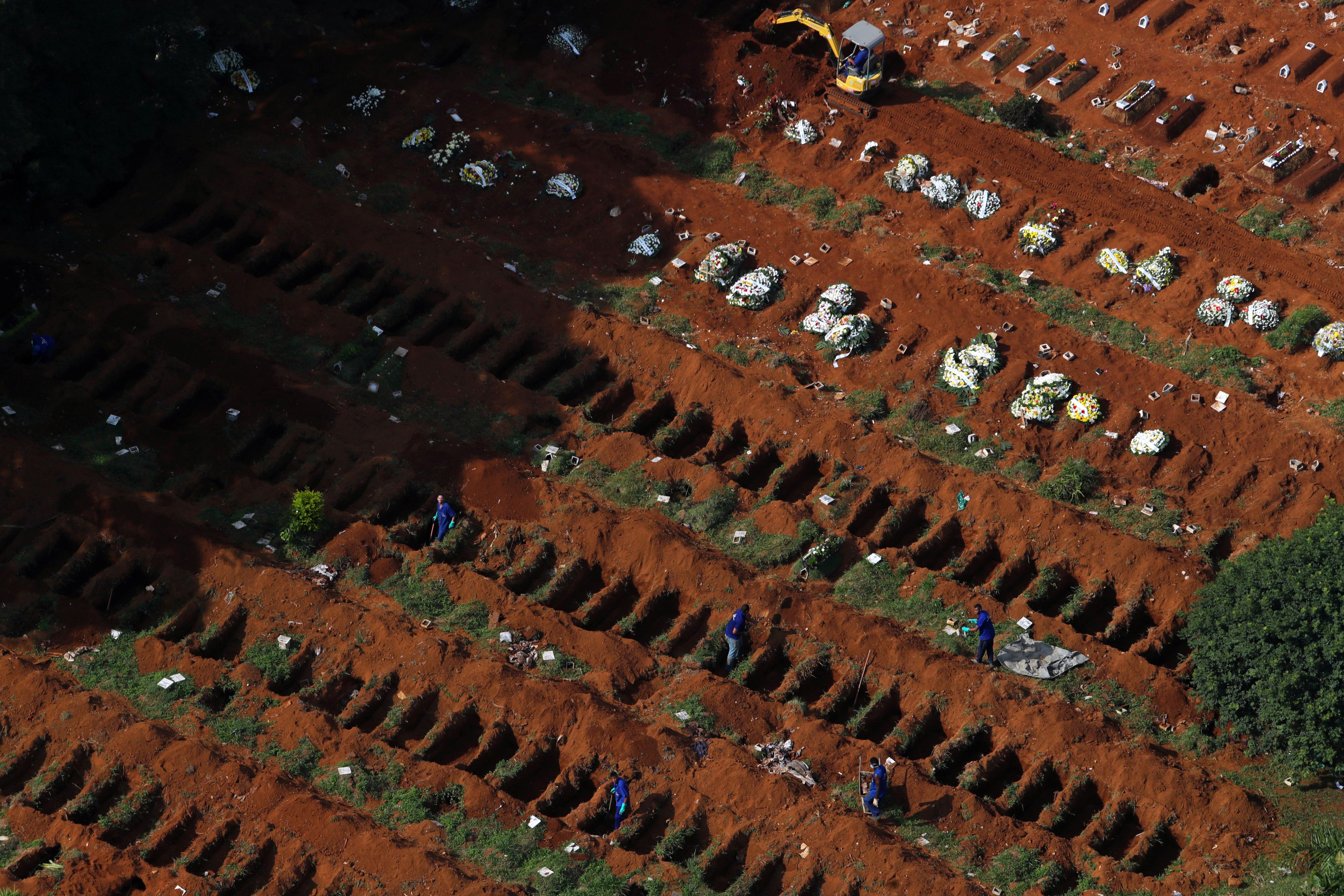 Los sepultureros abren nuevas tumbas a medida que aumenta el número de muertos después del brote de la enfermedad por coronavirus (Reuters)