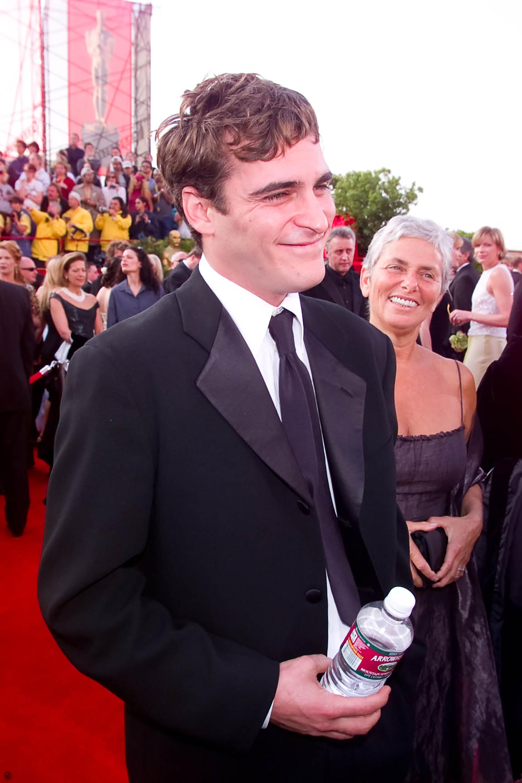 Joaquin Phoenix con su mamá en la edición 73ª de los premios de la Academia en 2001. Phoenix, por su papel en