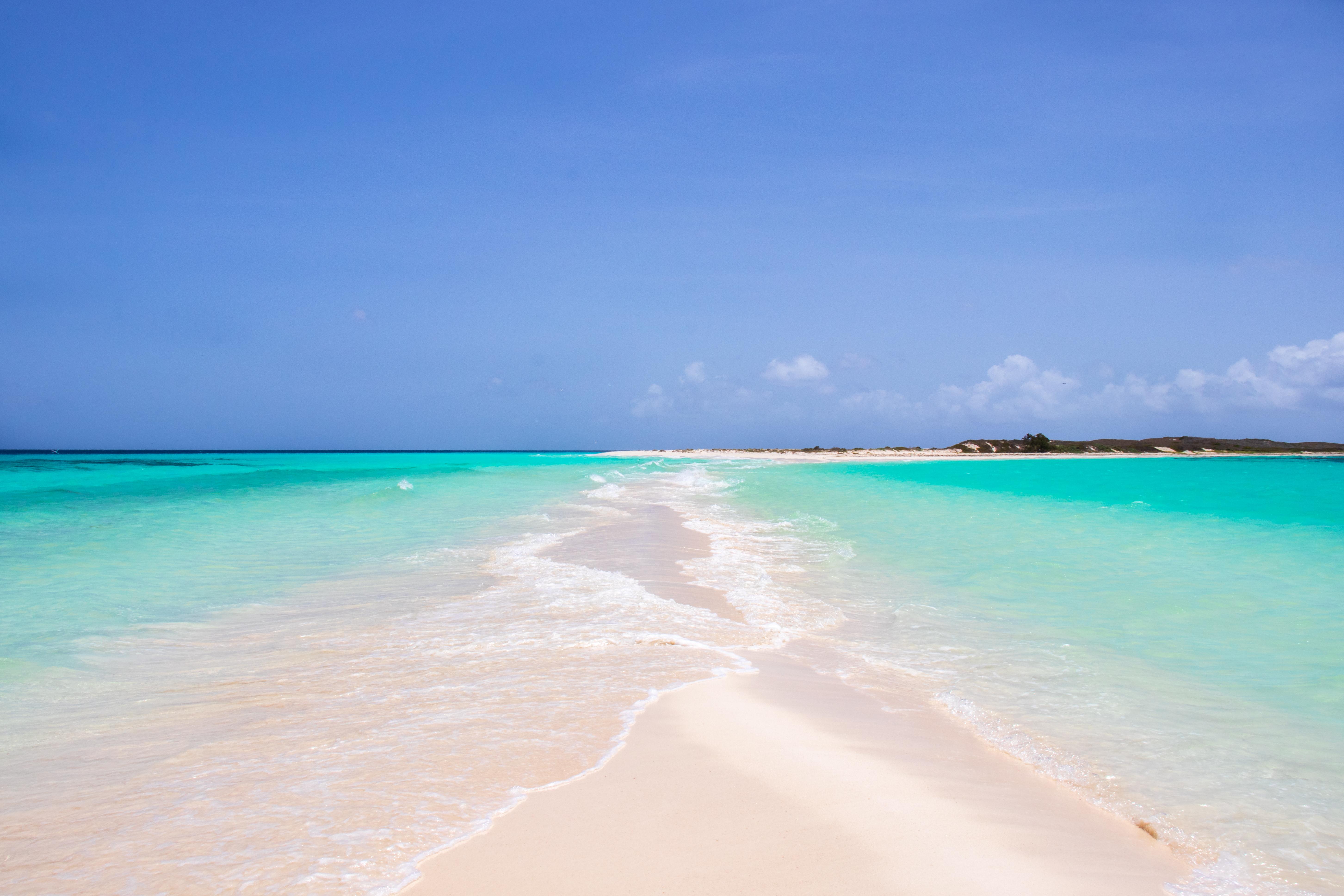 En Venezuela la tranquilidad se encuentra en el archipiélago de Los Roques: remoto, tranquilo y sereno con mares azules hasta donde alcanza la vista. Los Roques contiene 350 islas e islotes que cubren más de 40 kilómetros cuadrados de arenas doradas bañadas por el sol y aguas azules y frías. El viento y el clima de la zona lo convierten en el oasis tropical oportuno para el windsurf y los deportes acuáticos
