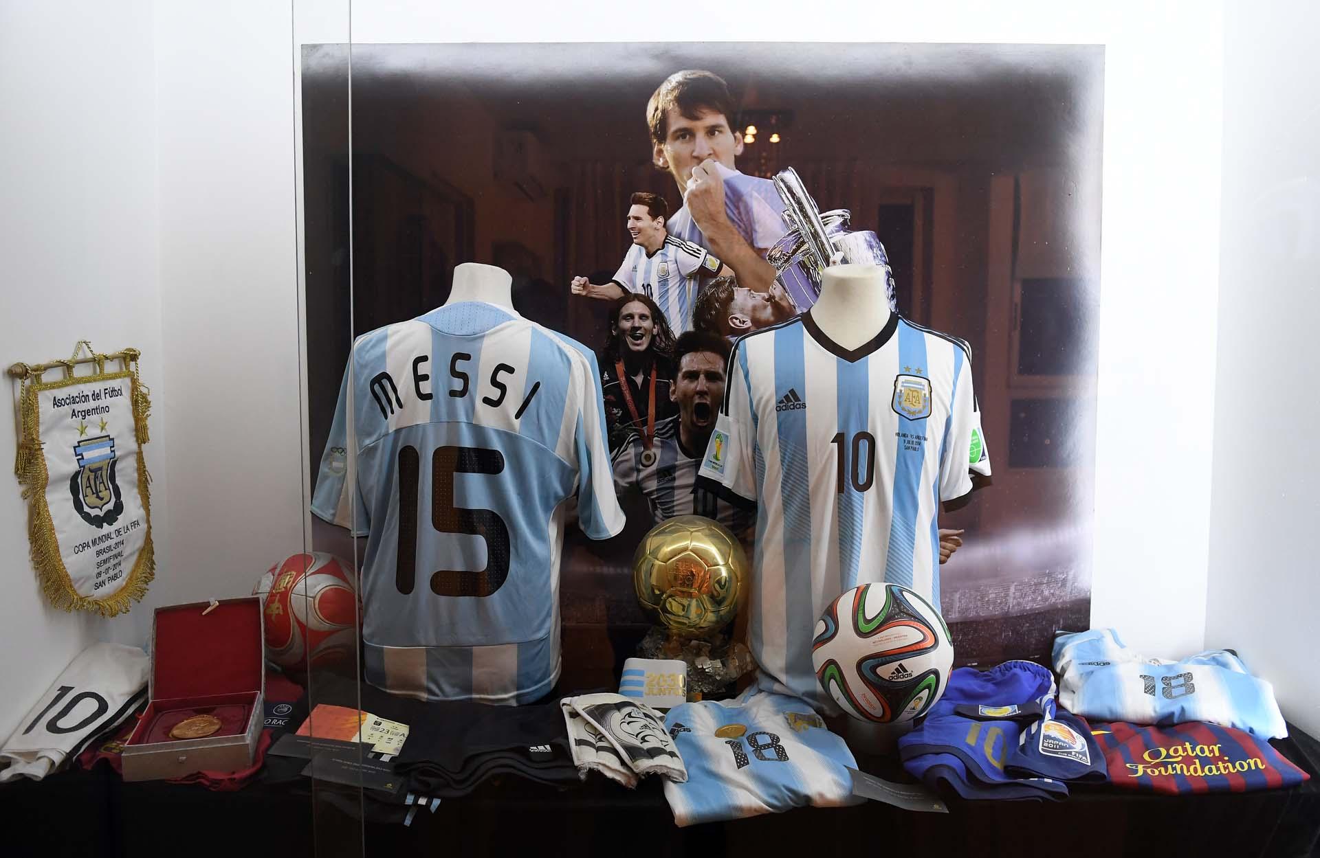 Un altar dedicado exclusivamente al astro Lionel Messi: se luce la 15 usada en los Juegos Olímpicos y la 10 de las semifinales contra Holanda en el Mundial de 2014 (Nicolás Stulberg)