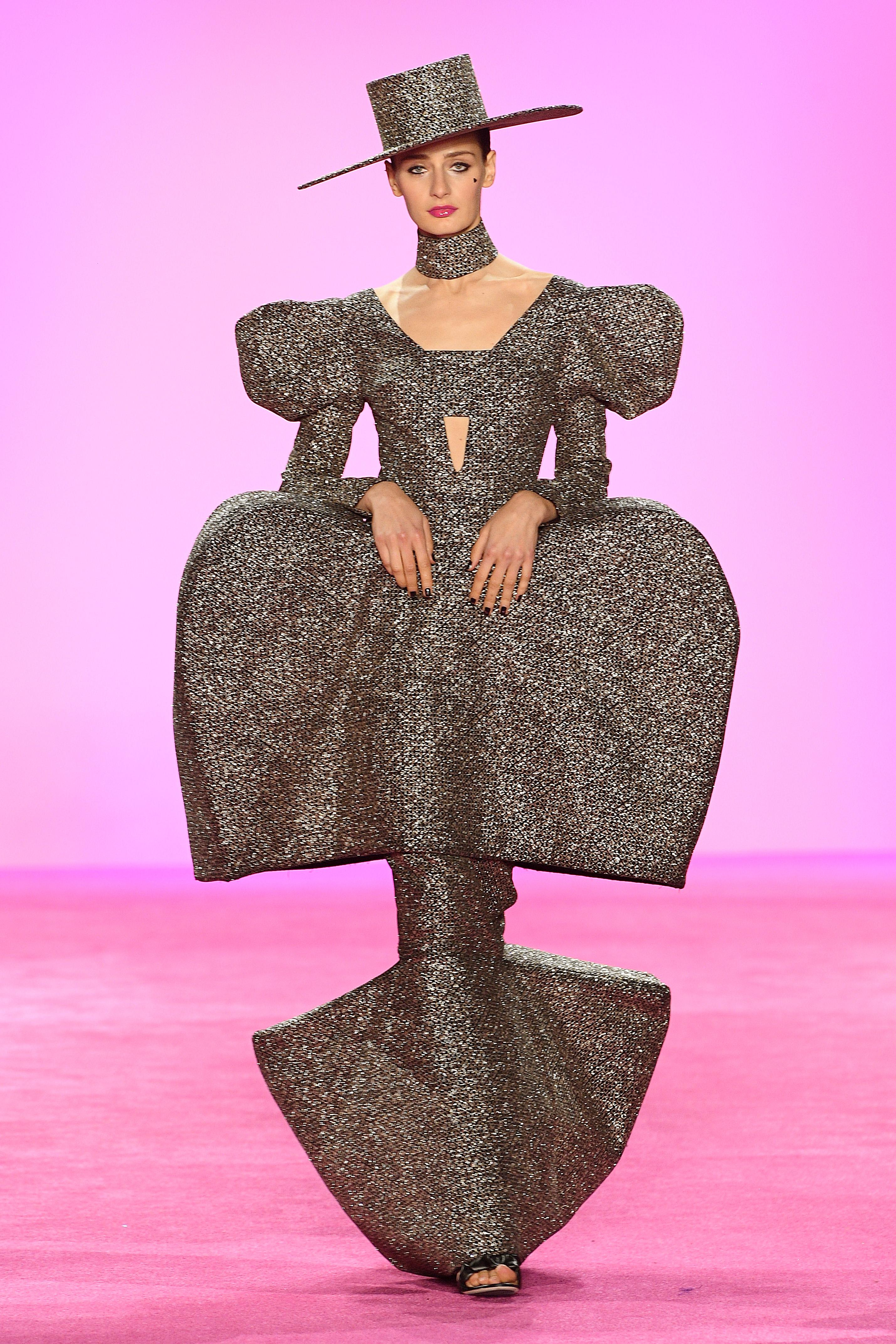 El famoso diseñador Christian Siriano, a sus 34 años, deslumbró con sus asombrosos diseños metalizados en el marco de la primera semana de la moda en la ciudad de Nueva York. En pasarela, un diseño voluptuoso en color ocre