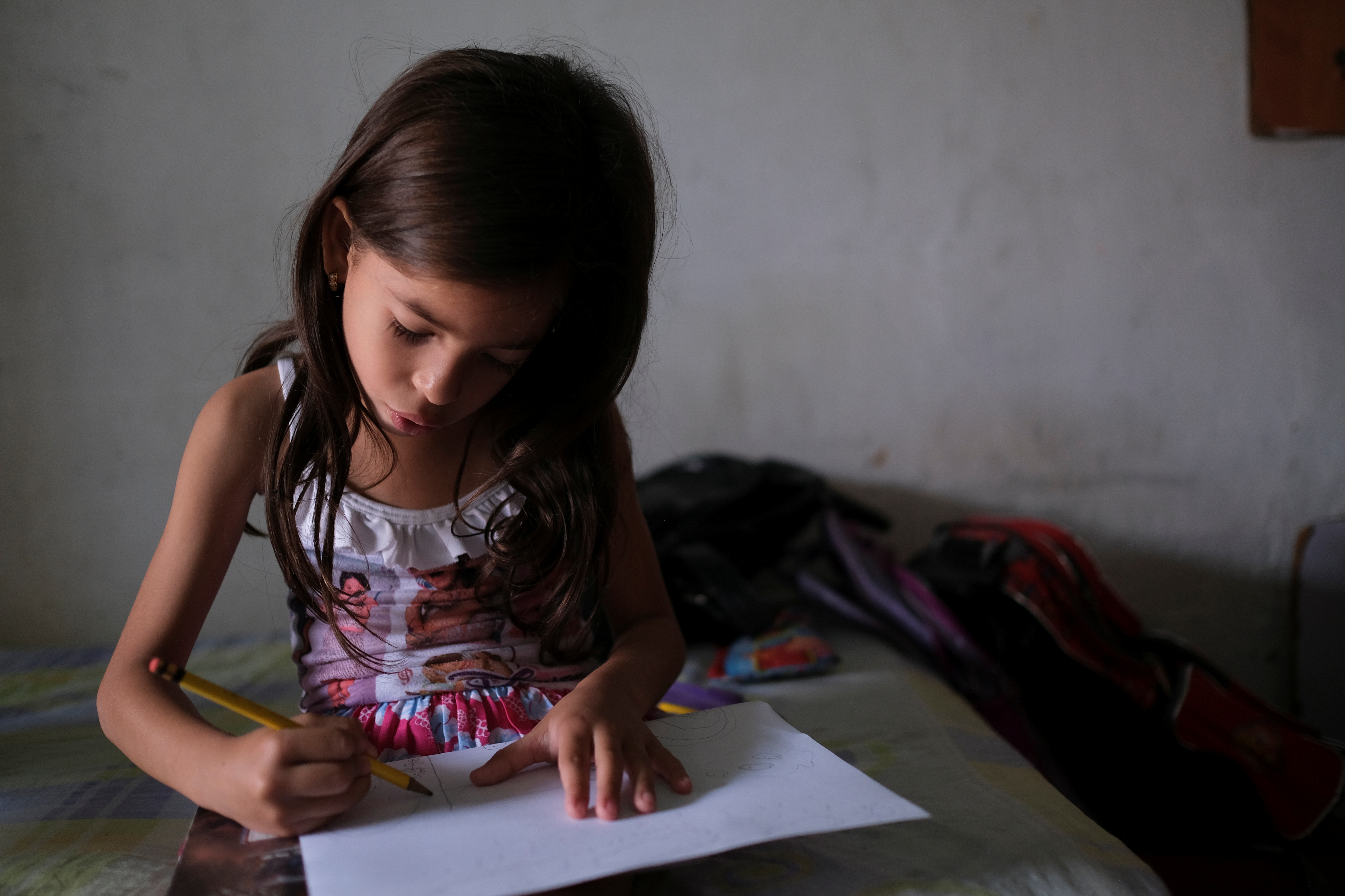 Deina Alvarez, de 6 años, dibuja en su casa de Barquisimeto. También tiene problemas de peso (REUTERS/Carlos García Rawlins)