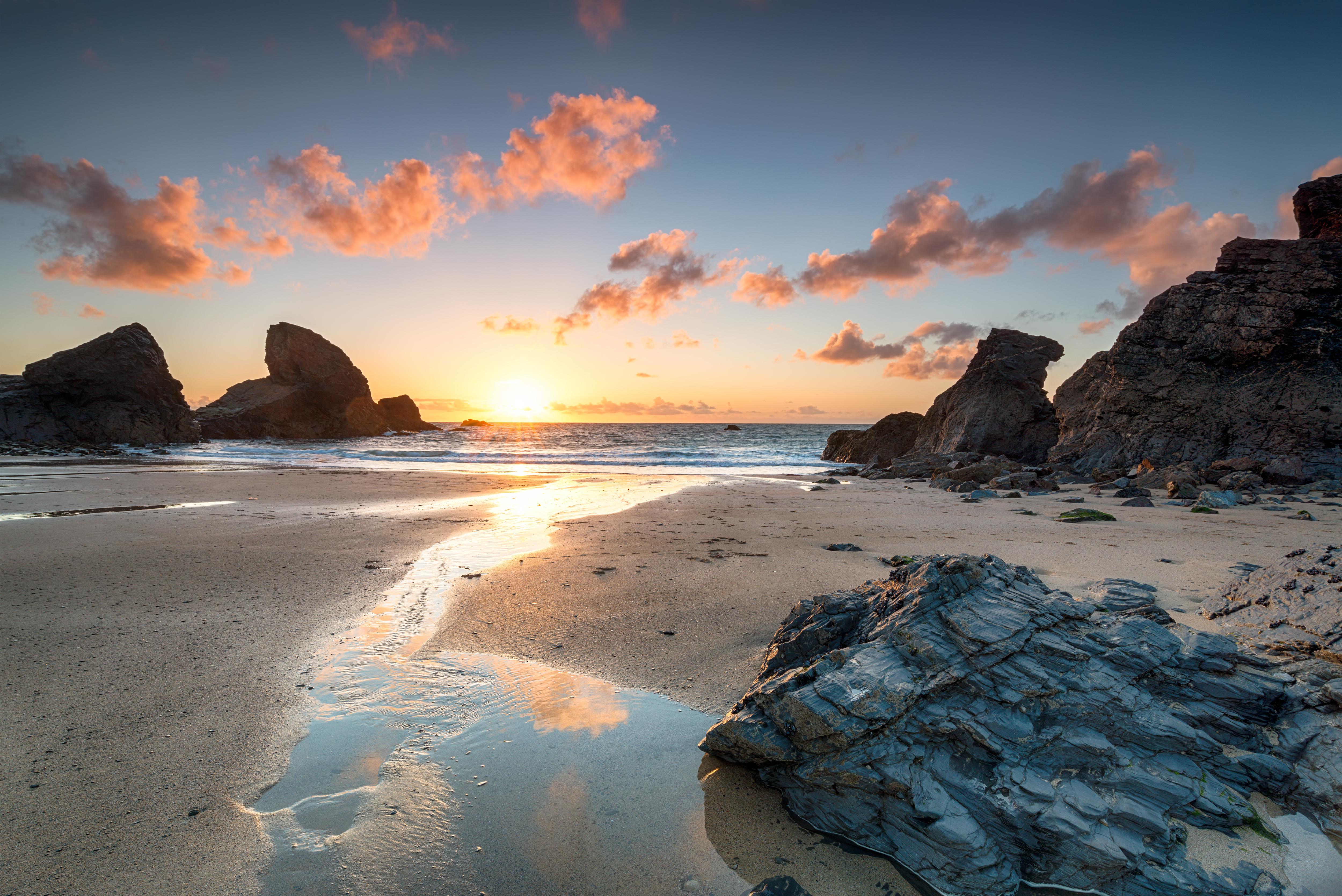 La playa de la bahía de Porthcothan en Cornwall todavía se puede visitar, pero los turistas ya no pueden ver una de sus estructuras de roca natural emblemáticas. El arco centenario fue destruido por olas de 10 metros y vientos de 112 km/h en enero de 2014