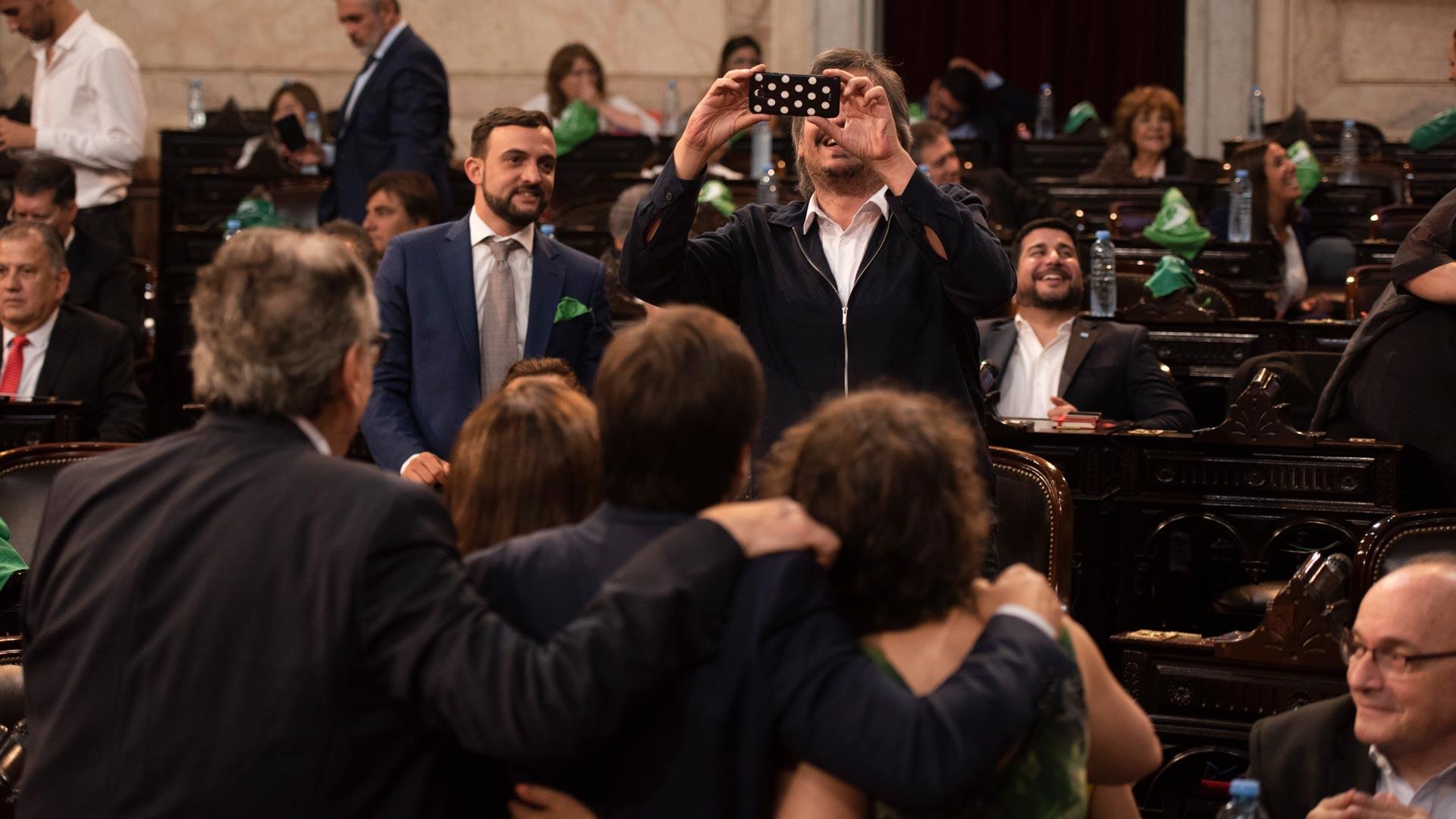 Imágenes previas a la apertura de las sesiones legislativas. El que saca la foto es el diputado Máximo Kirchner