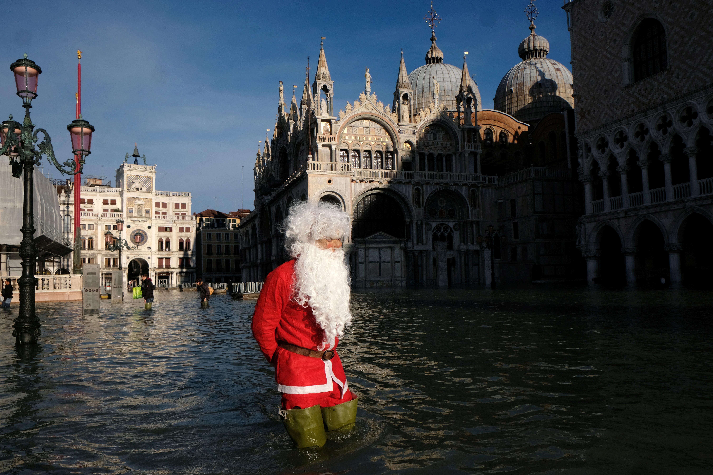 La foto del hombre disfrazado recorrió el mundo (REUTERS/Manuel Silvestri)