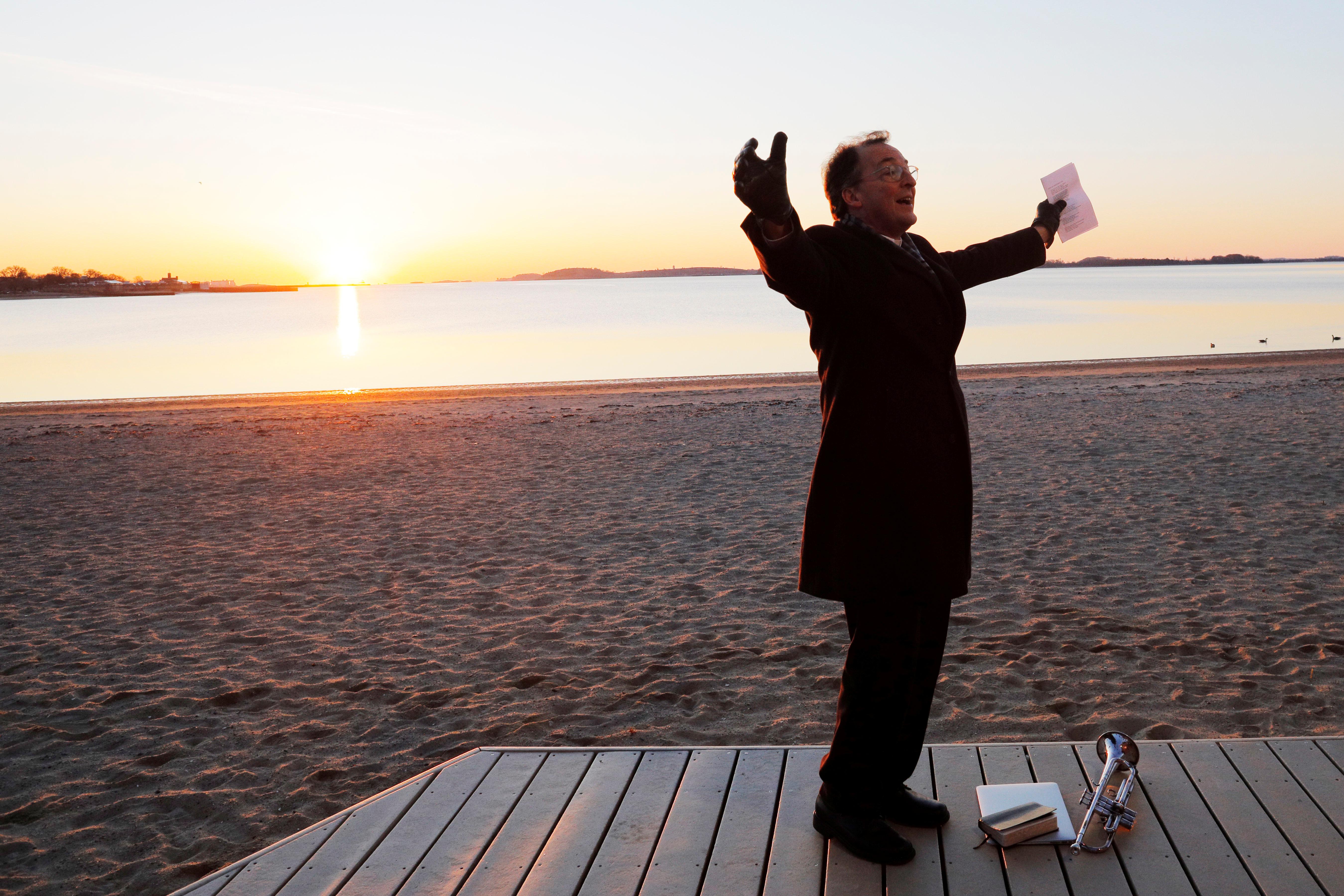 ESTADOS UNIDOS (Massachusetts) - El reverendo Burs Stanfield, eligió la playa Carson de Boston, para celebrar Pascuas