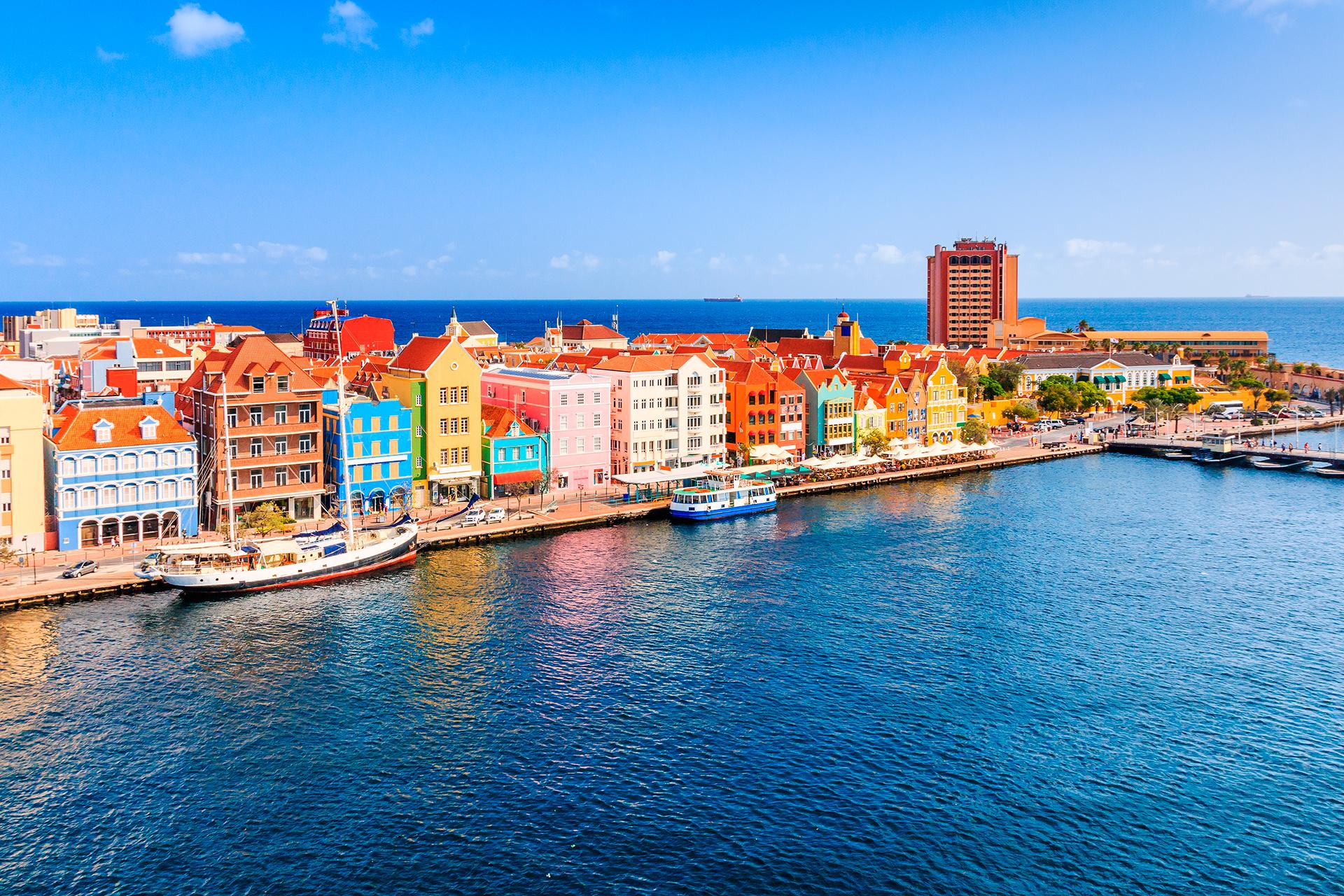 Curazao, una isla neerlandesa del Caribe, es conocida por sus playas ubicadas en ensenadas y sus extensos arrecifes de coral con abundante fauna marina. En esta isla del Caribe sur, la vida transcurre a ritmo casi de pueblo entre el color de arquitectura holandesa y bajo un sol abrasador