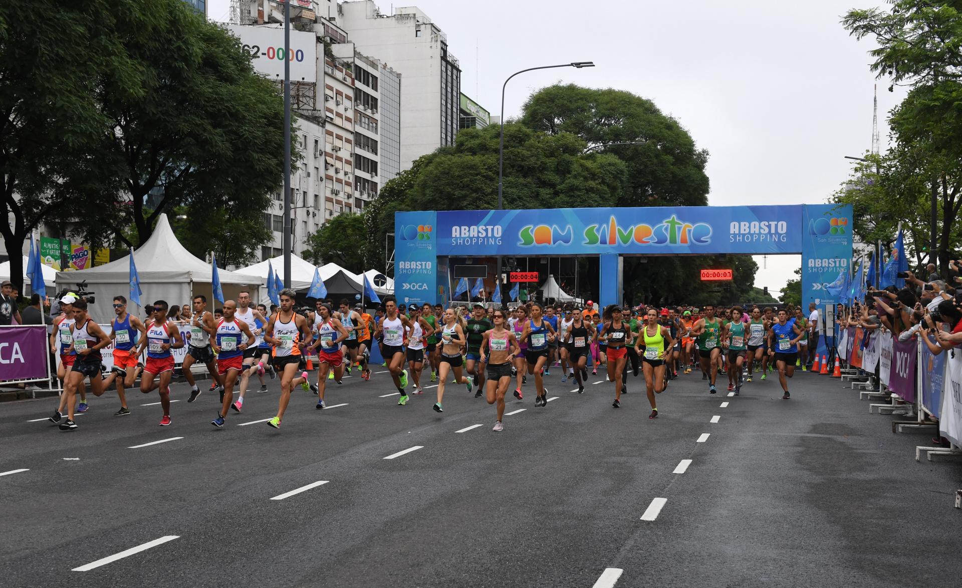 El momento de la largada de la maratón en 9 de Julio y Bartolomé Mitre (Maximiliano Luna)