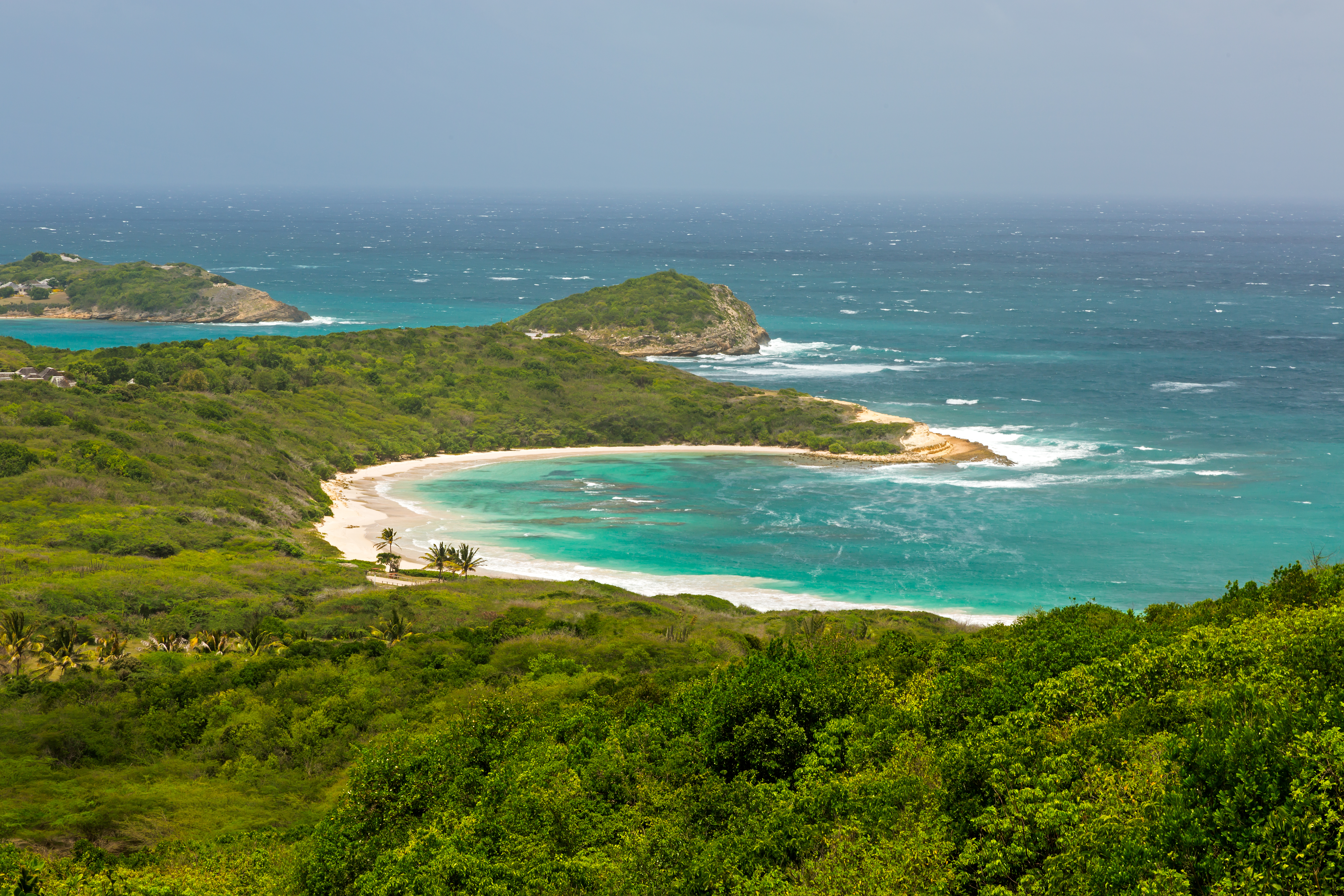 Esta impresionante playa de Antigua es realmente una joya escondida con el lujo que solo una isla de aguas color esmeralda y luz dorada puede obtener. Casi una extensión de 1.6 kilómetros de arenas rosadas suaves se encuentran con aguas gemadas que se adaptan tanto a los aventureros del windsurf como a los exploradores de snorkel