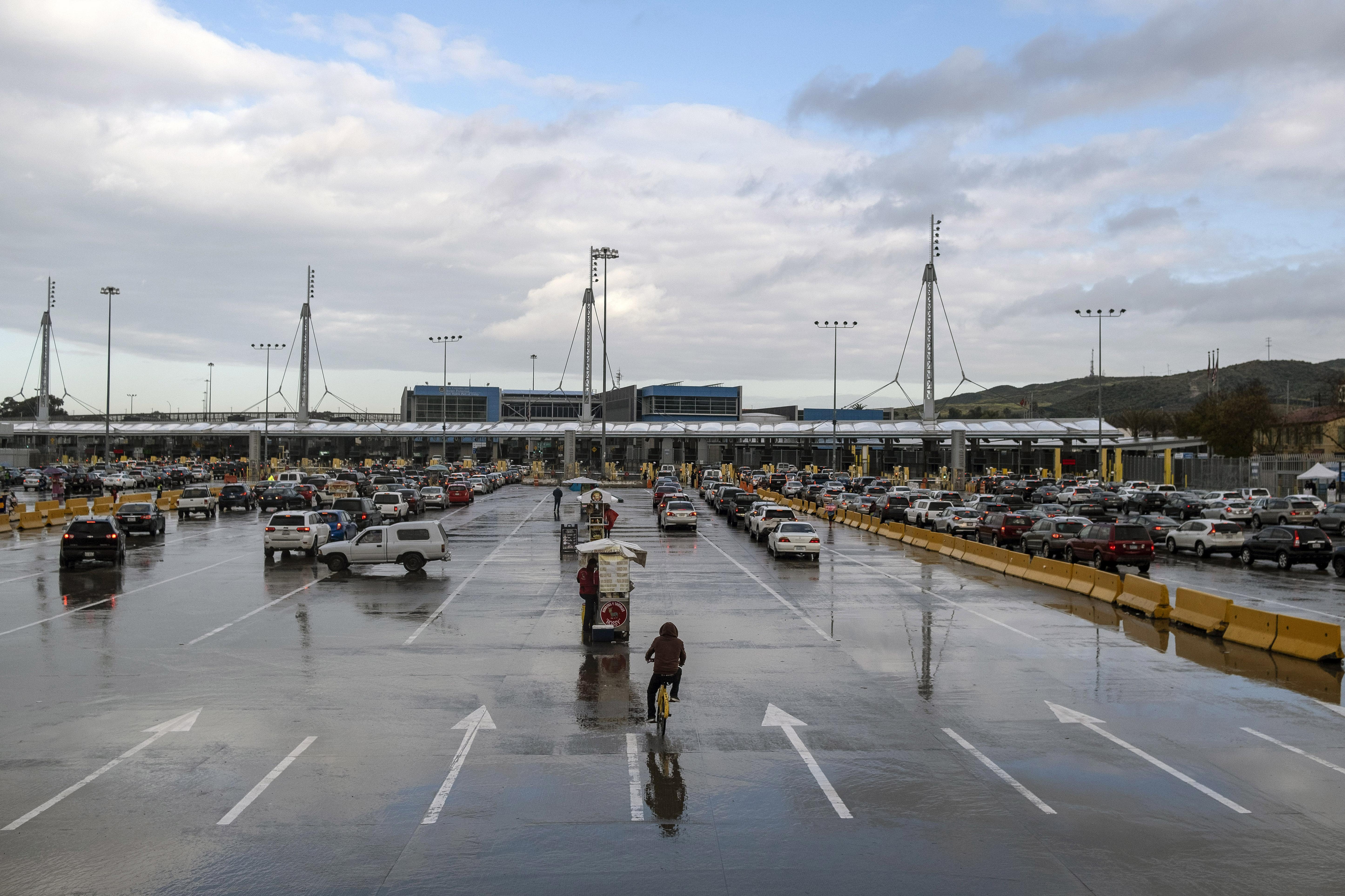 Vista del puerto de entrada de San Ysidro cuando pocos automóviles ingresan a los EE. UU. Desde Tijuana, estado de Baja California, México, el 19 de marzo de 2020. - El presidente Donald Trump anunció el miércoles medidas más fuertes en la frontera debido a la pandemia del coronavirus COVID-19, incluyendo la negación a todos los solicitantes de asilo.