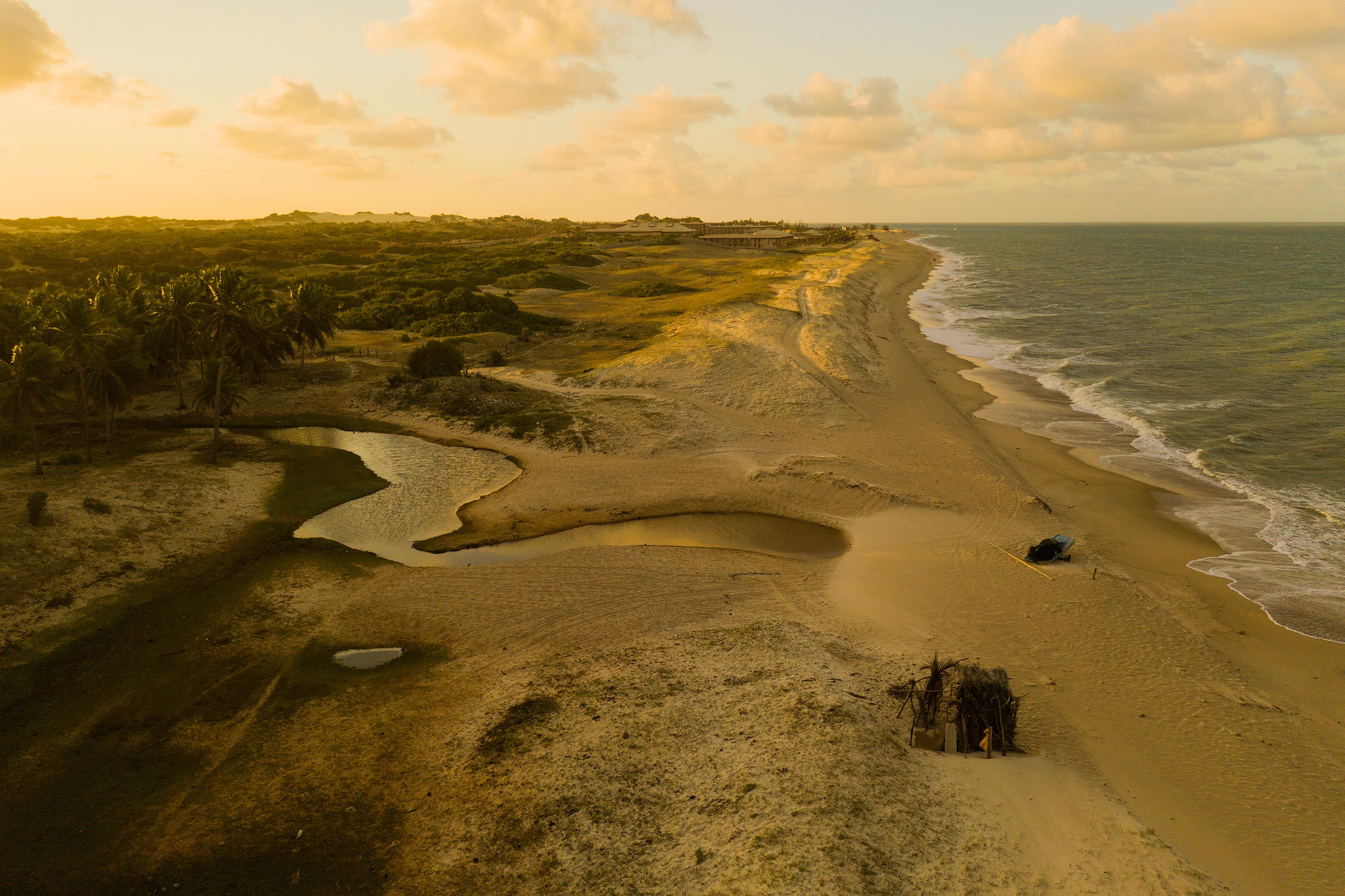 La ciudad de Touros, situada en la punta de Brasil, posee una población muy cálida y hospitalaria. Su playa se caracteriza por una bella y gran playa protegida de las fuertes olas por acantilados del lado sur. Le debe su nombre a la existencia en el siglo XVI de unas piedras en forma de cabeza de toro