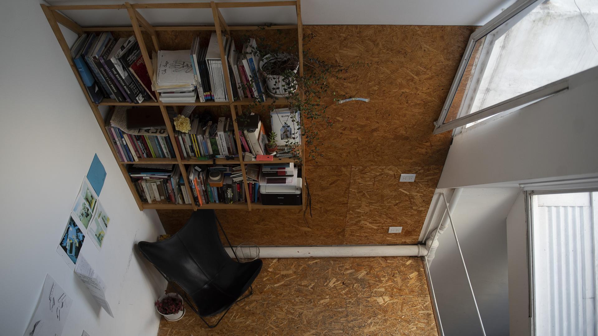 En un mismo lote conviven una serie de propiedades privadas de vivienda una al lado de la otra, dispuestas en planta baja y comunicadas por un pasillo