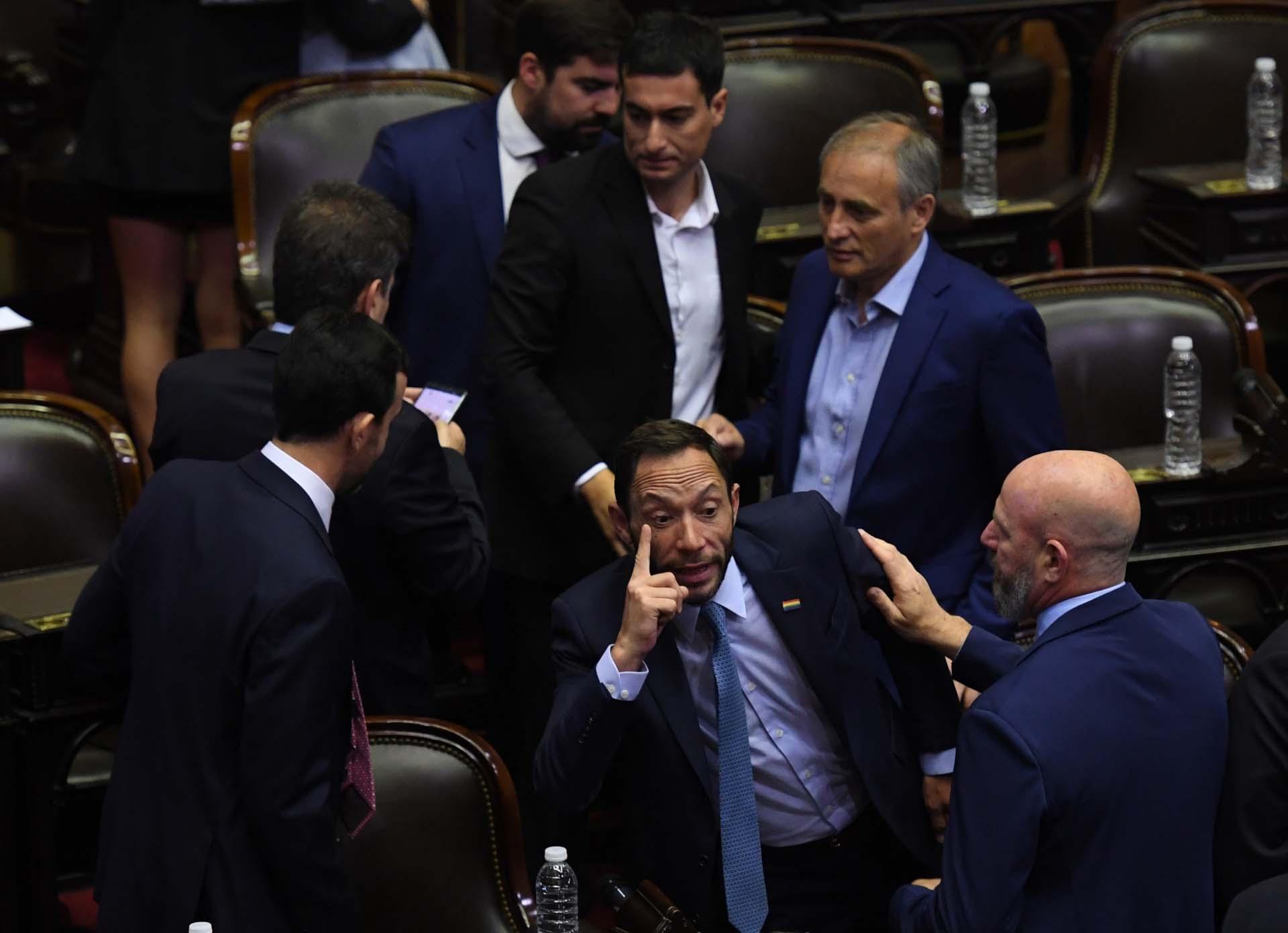 Maximiliano Ferraro dialoga con otros diputados