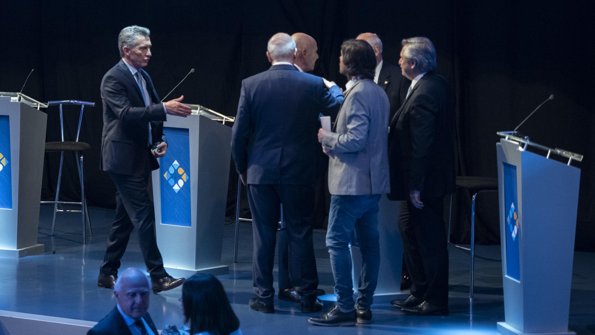 El Presidente se acerca a saludar en el cierre del debate