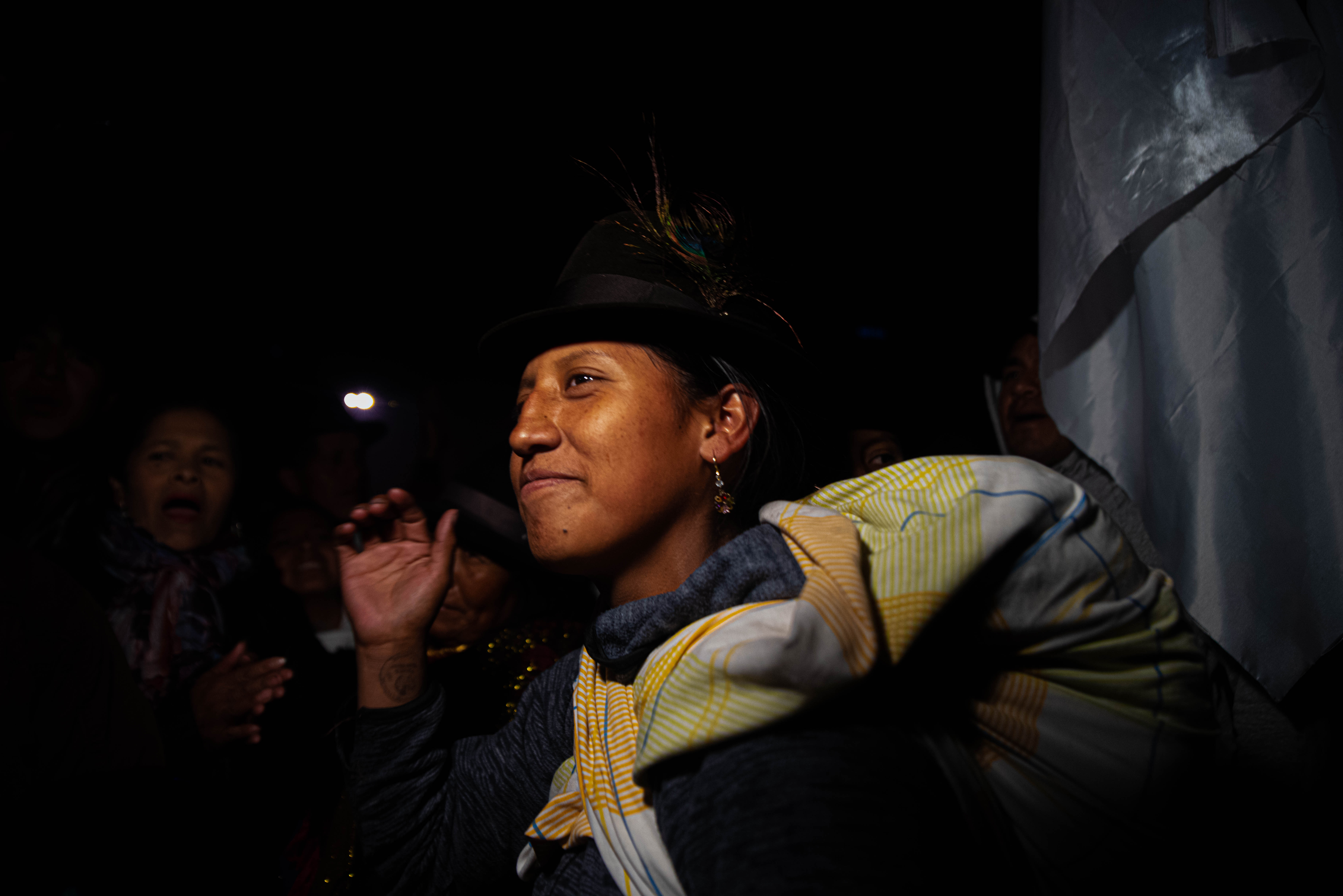 Una mujer con vestimenta tradicional celebra el fin de los doce días de protestas en Quito. Fotos: Franco Fafasuli