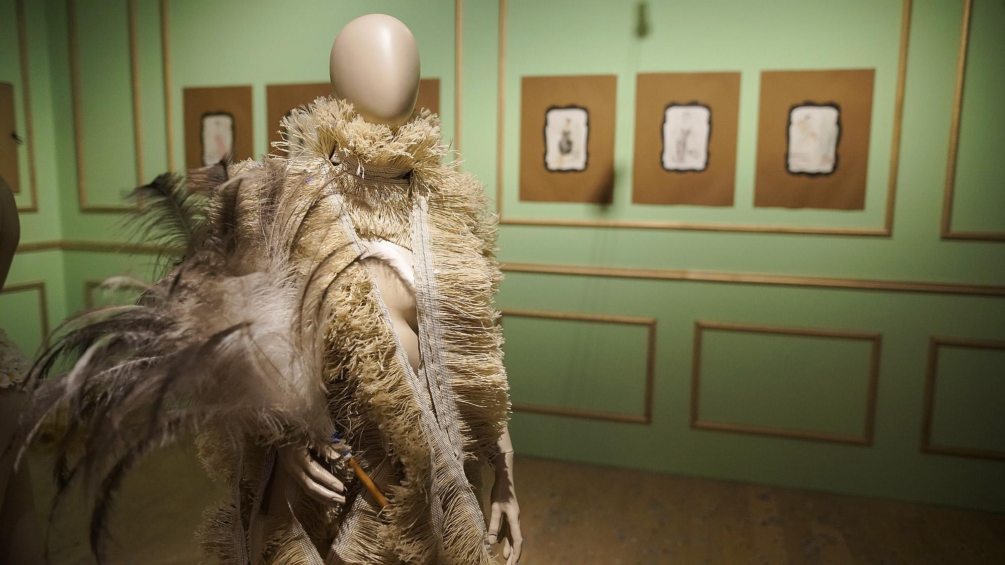 En esta línea, la exposición se constituye como una gran obra de De Loof en sí misma, y pone de manifiesto la creatividad y el refinamiento sin límites de un artista prolífico que marcó a toda una generación, y que reunió y exaltó concepciones estéticas tan potentes como contradictorias