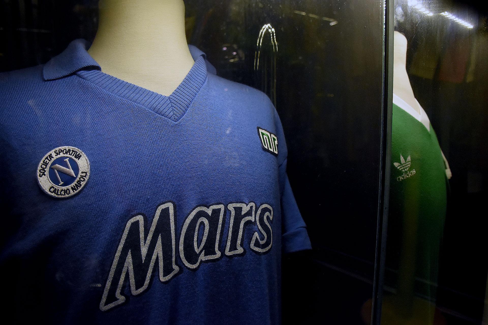 Una de las camisetas del Napoli que se puso Diego Armando Maradona (Nicolas Stulberg)