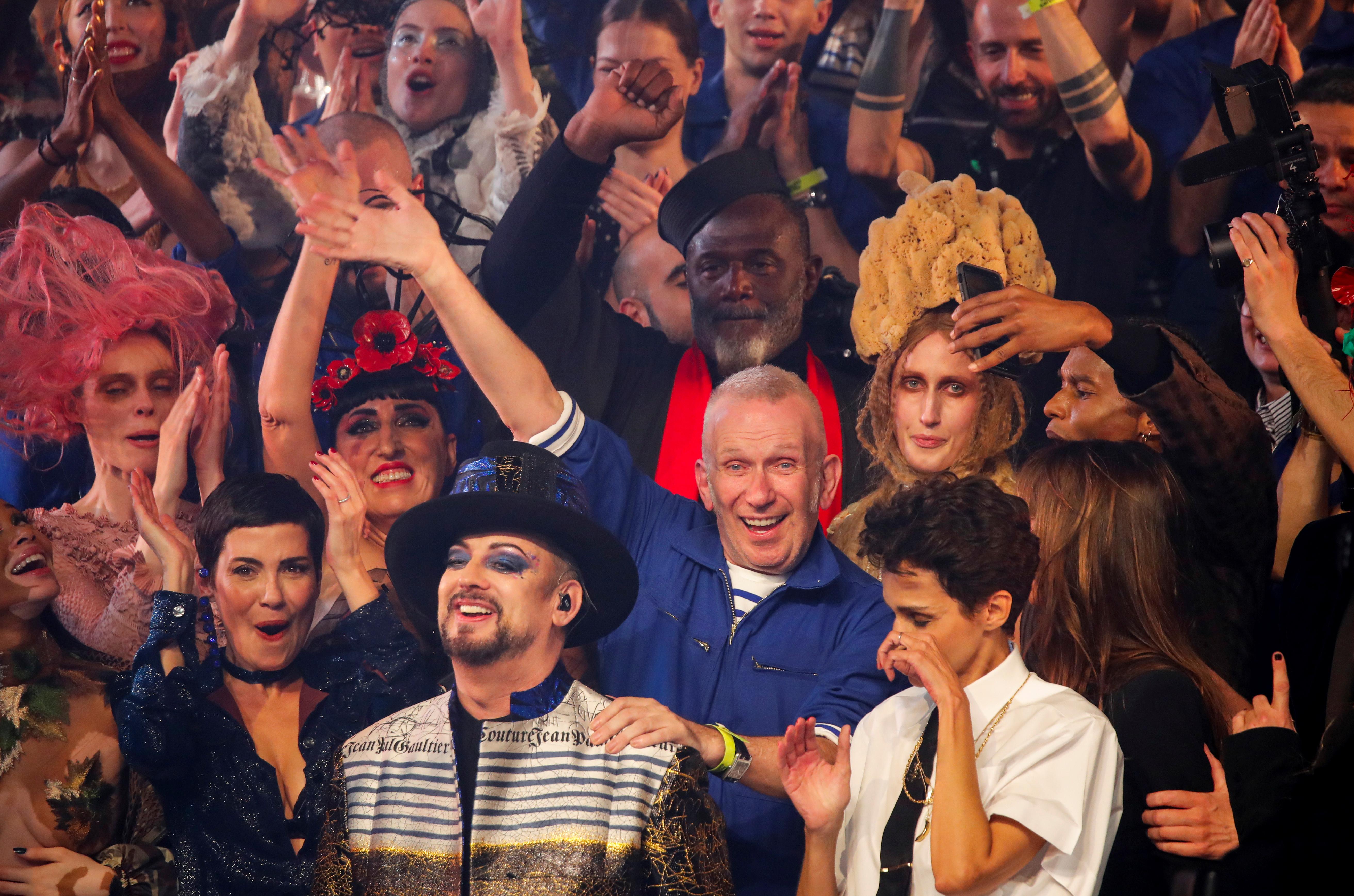 El saludo final de Jean Paul Gaultier junto a sus modelos en París. El modisto francés se despidió de las pasarelas luego de 50 años de moda. Lo hizo a lo grande en Théâtre du Châtelet