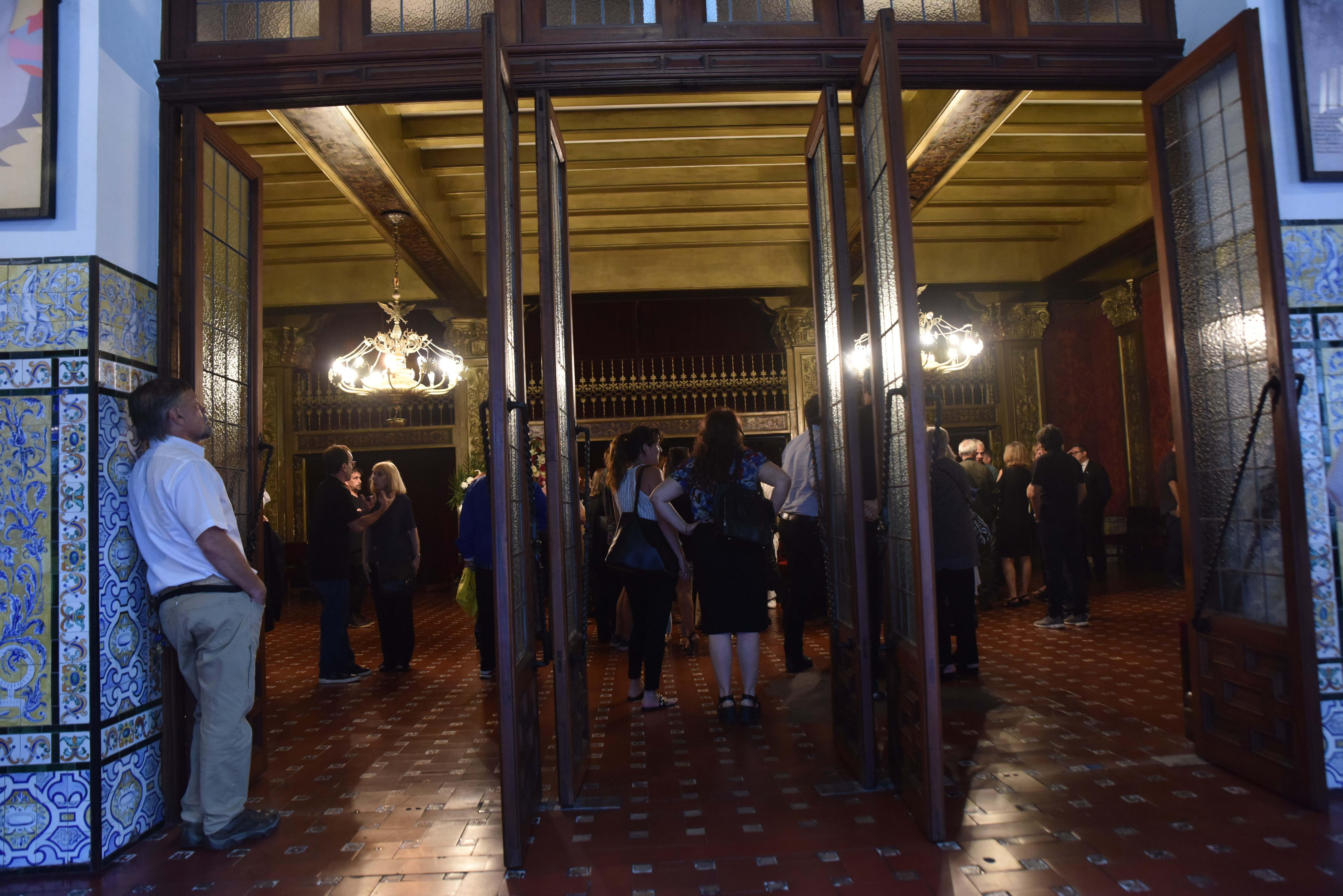 Mucha gente asistió Teatro Cervantes para despedir al director