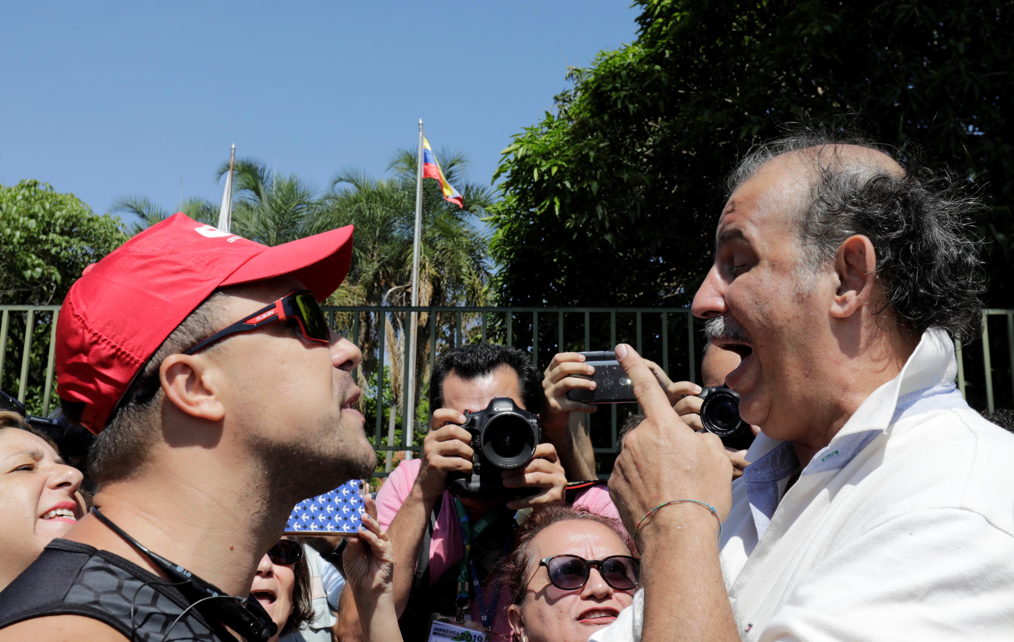 Cara a cara: un seguidor de Maduro, a la izquierda, discute con uno de Juan Guaidó, Alberto Palomo, en la puerta de la sede diplomática