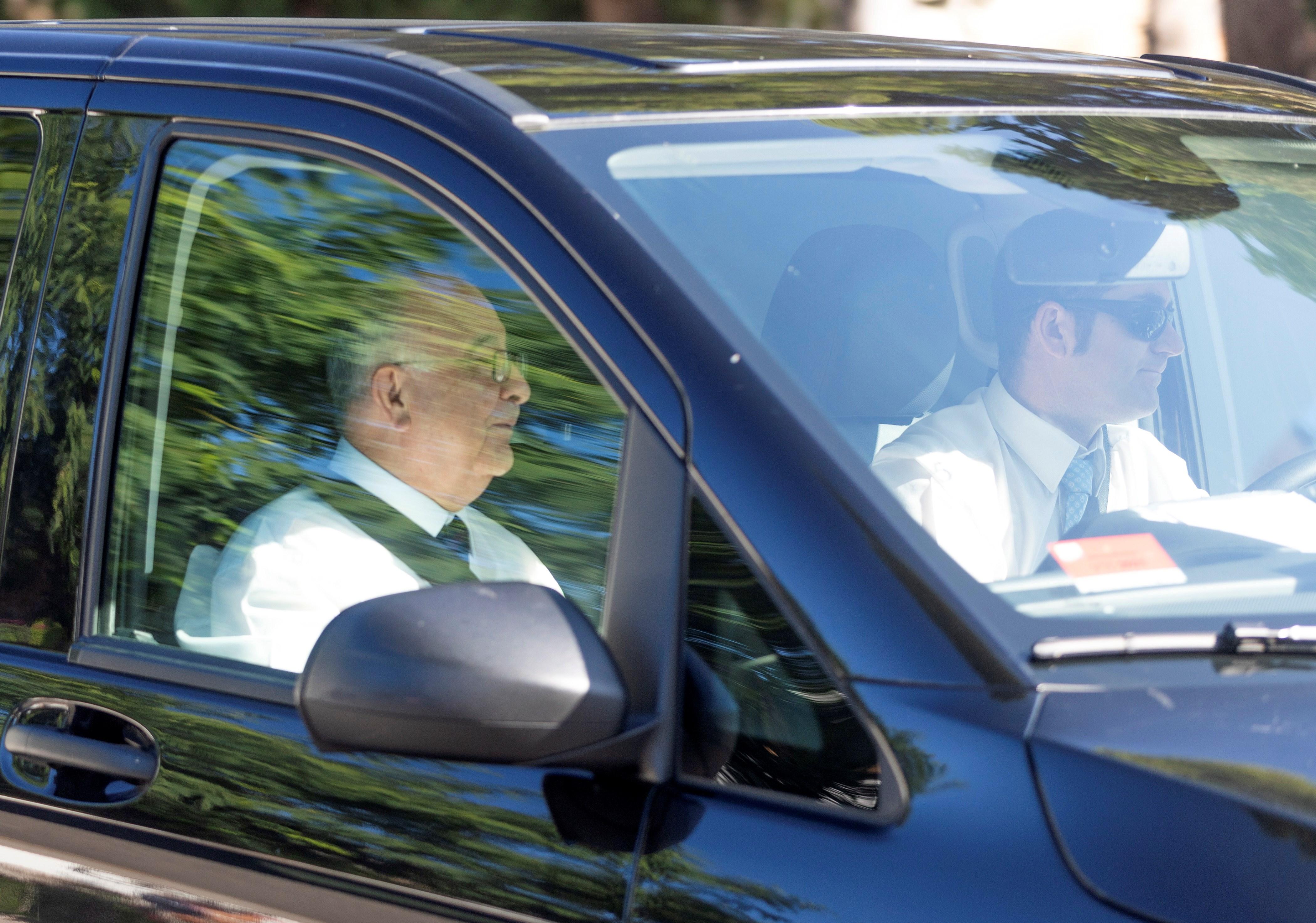 El sacerdote Tomeu Catalá, fundador de Proyecto Hombre, que oficiará la ceremonia de enlace de Rafa Nadal y Mery Perelló, a su llegada en coche a sa Fortalesa EFE/ Lliteres
