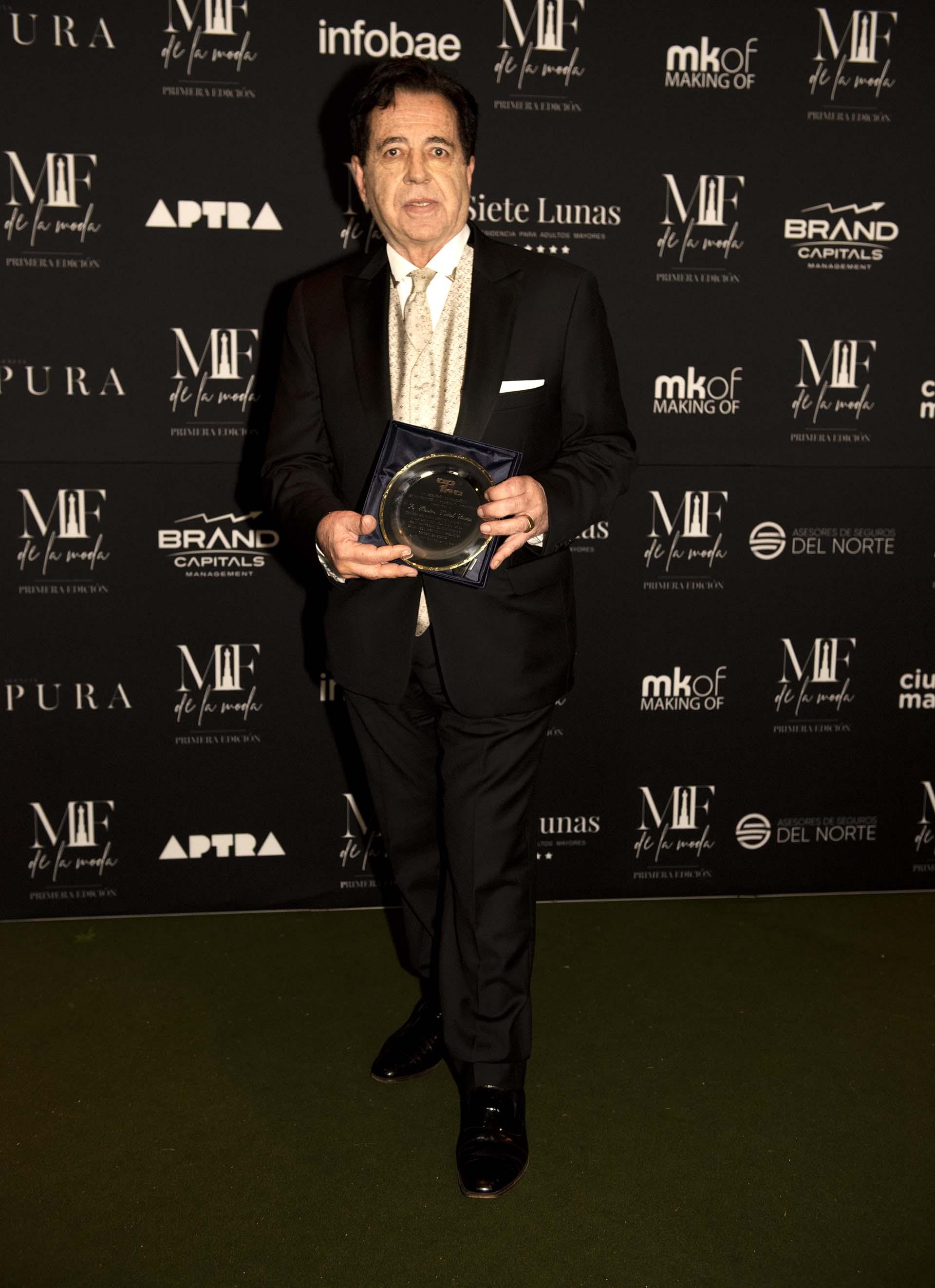 Héctor Vidal Rivas recibió una distinción de APTRA por su trayectoria en la moda