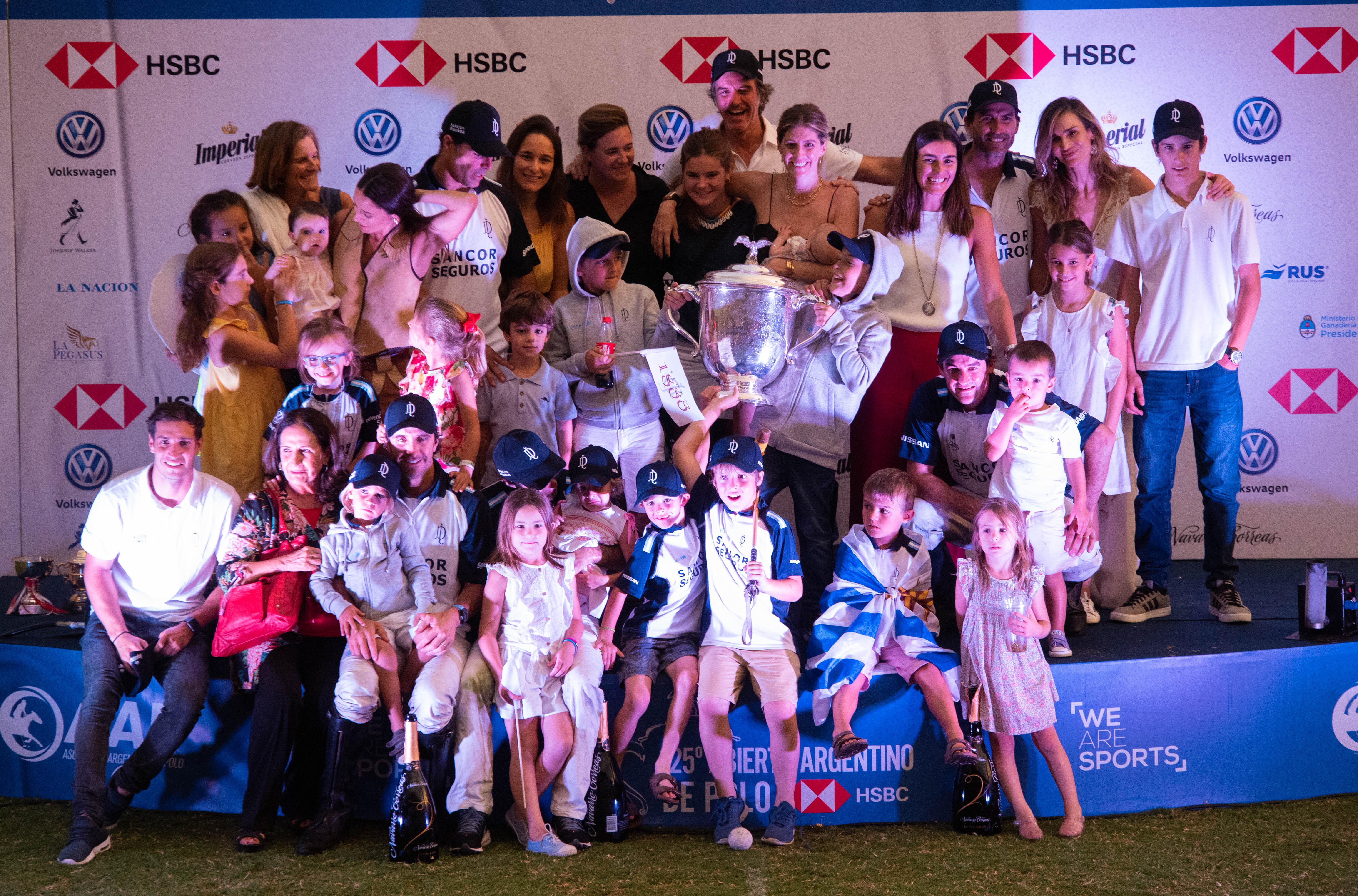 Todos los integrantes del equipo de La Dolfina junto a sus mujeres y sus hijos
