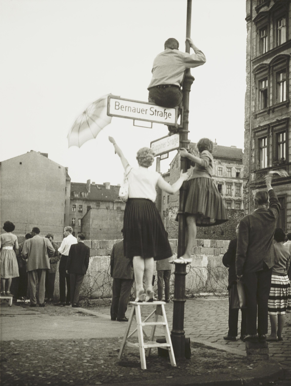 Vecinos del sector bajo administración francesa de Berín occidental saludan a amigos y familiares del otro lado del muro el 13 de septiembre de 1961.
