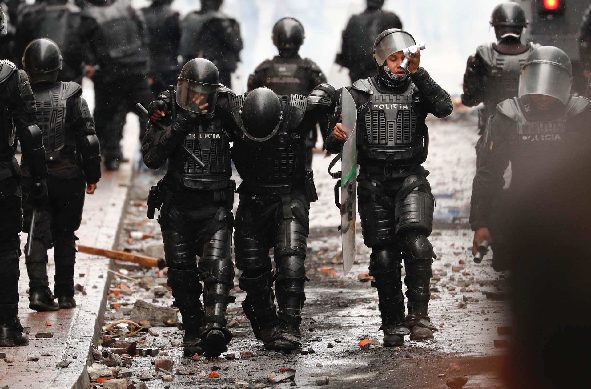 Un policía resultó heridos tras los enfrentamientos con los manifestantes (AP Photo/Dolores Ochoa)