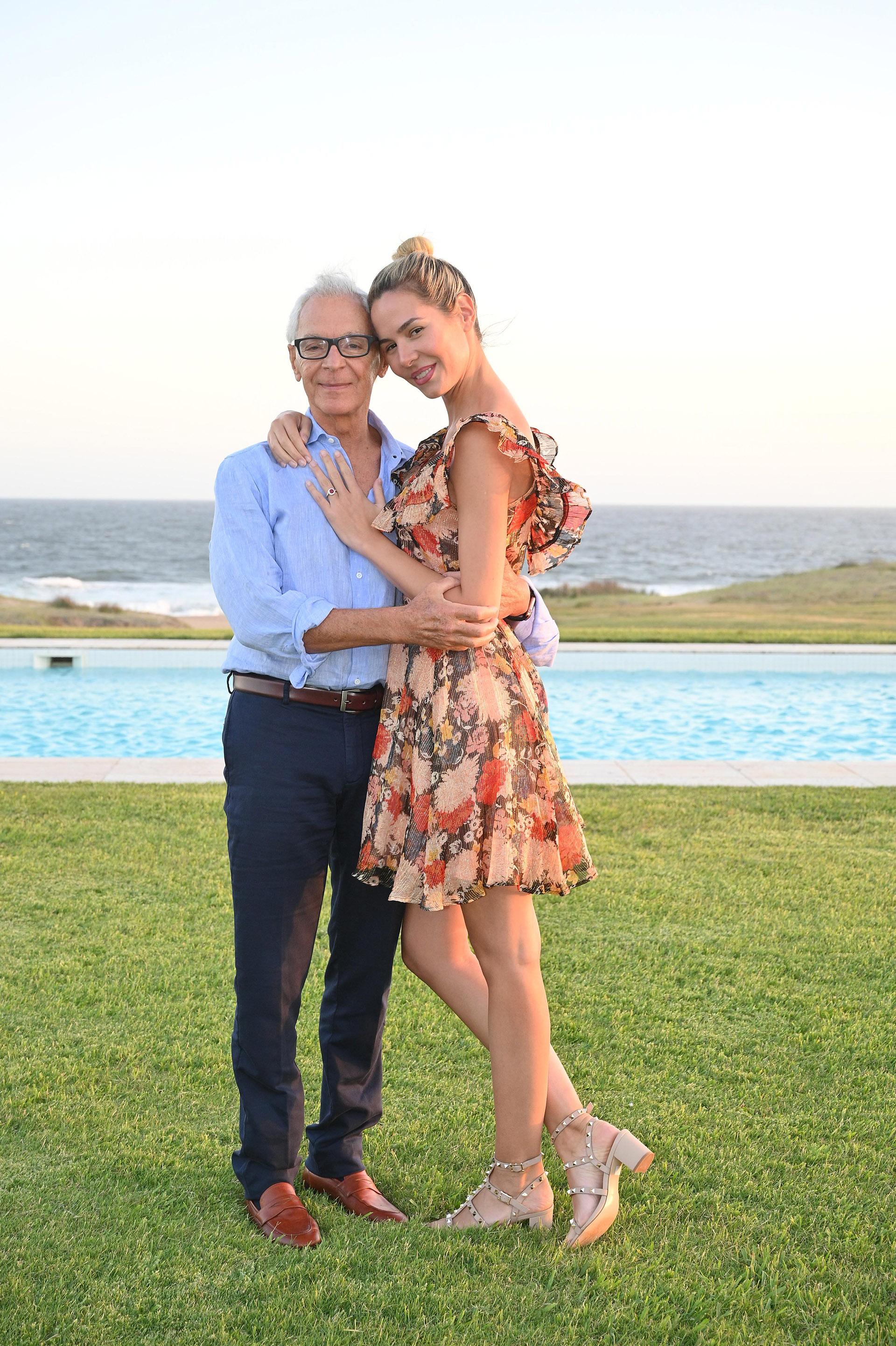 Eduardo Costantini y Elina Fernández Fantacci, quien escogió un vestido con estampa floral para posar en la intimidad de su hogar