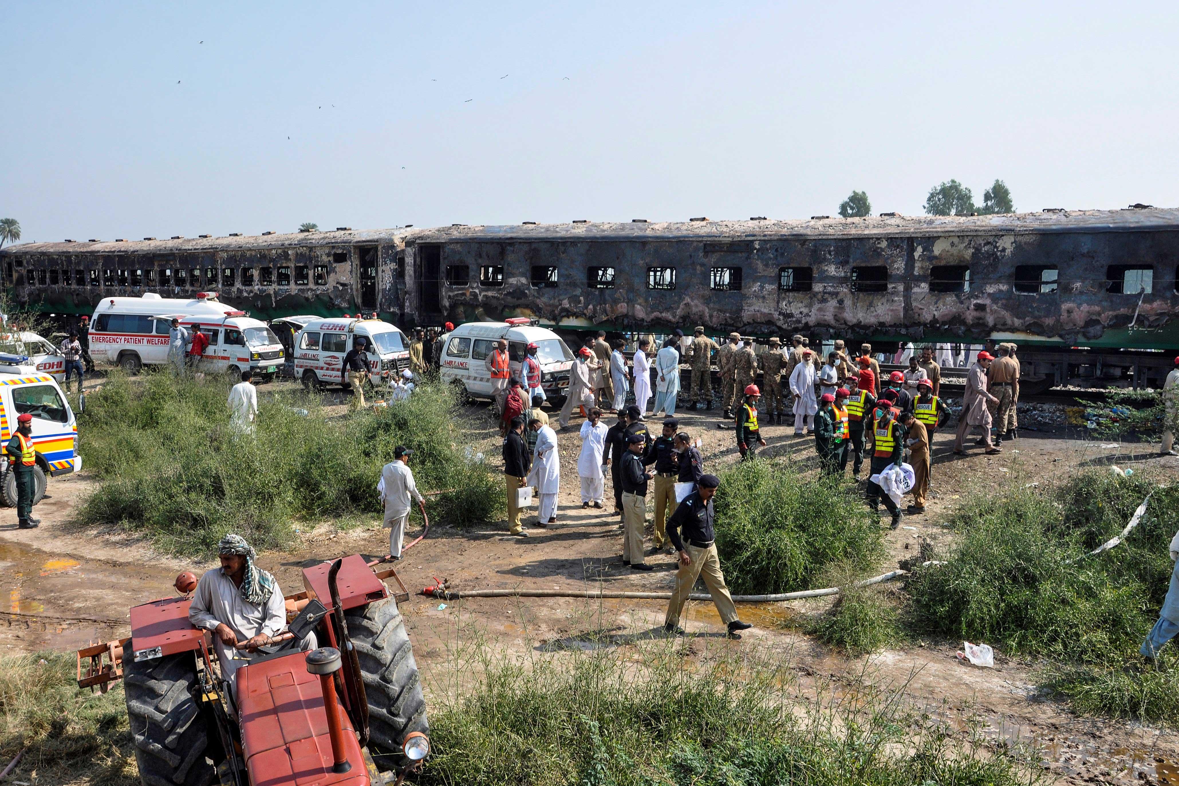 Cientos de oficiales de los servicios d e seguridad de la Provincia de Punjab acudieron al rescate. (REUTERS)
