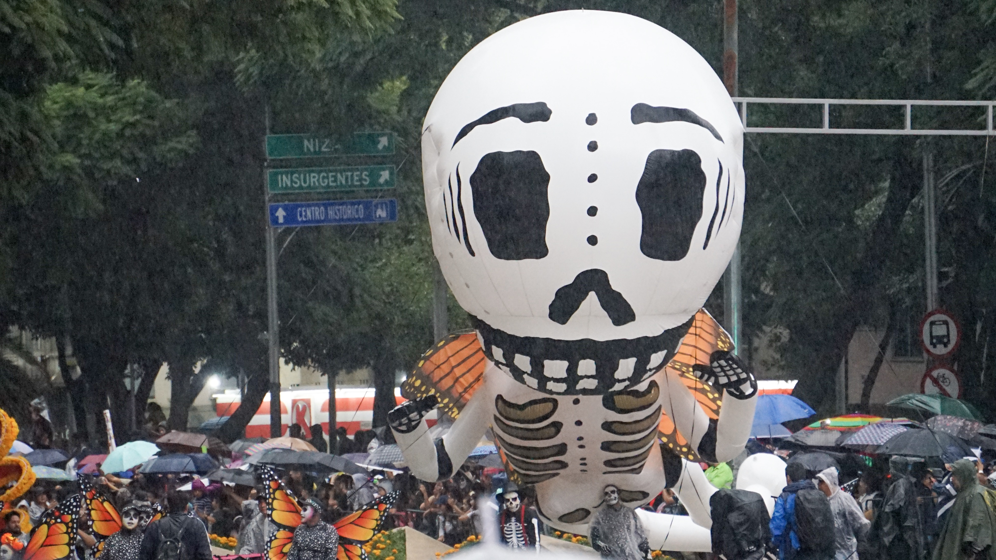 Figuras gigantes recorrieron céntricas calles de la ciudad como avenida Reforma