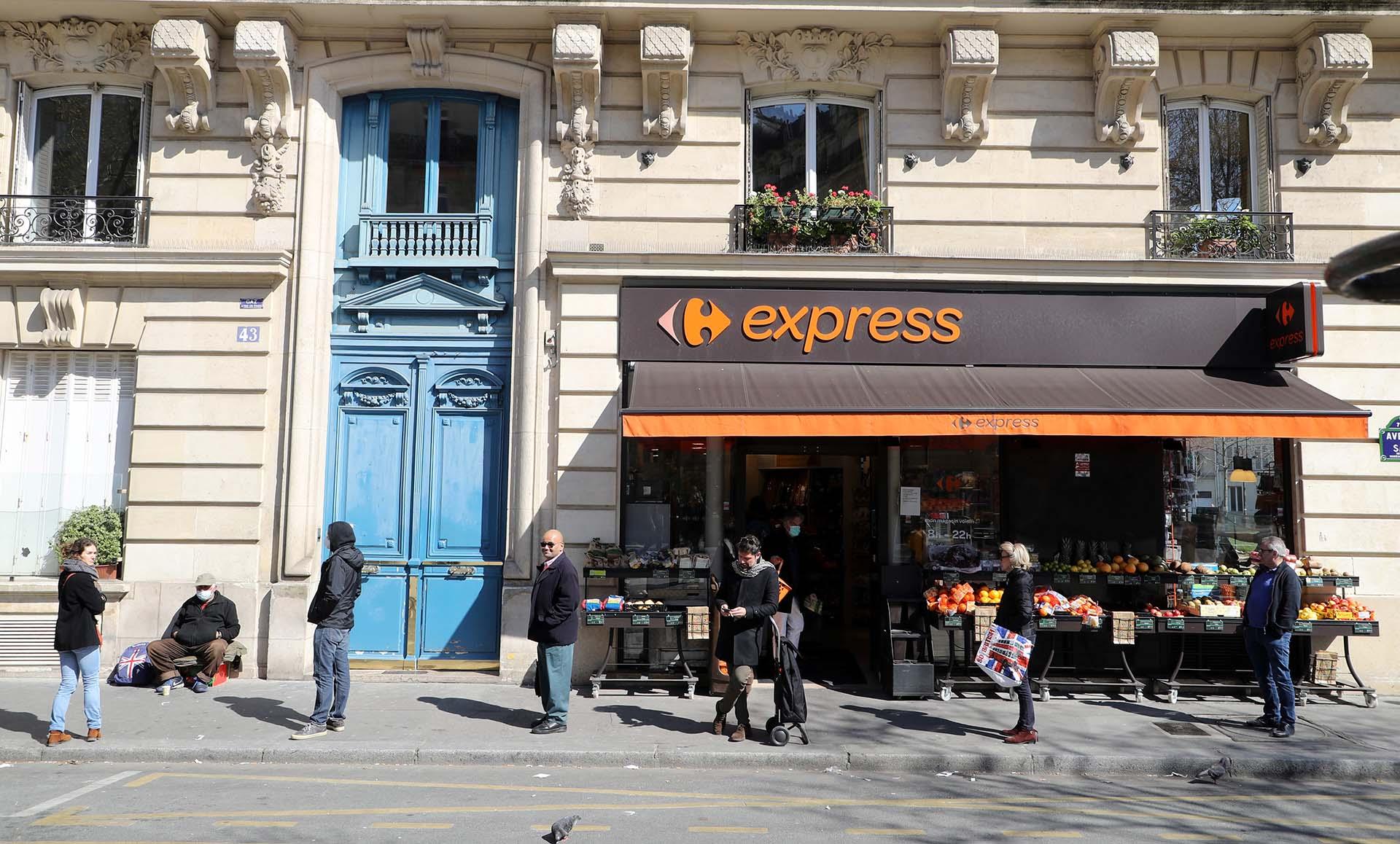 Una fila frente a un mercado en París, Francia.