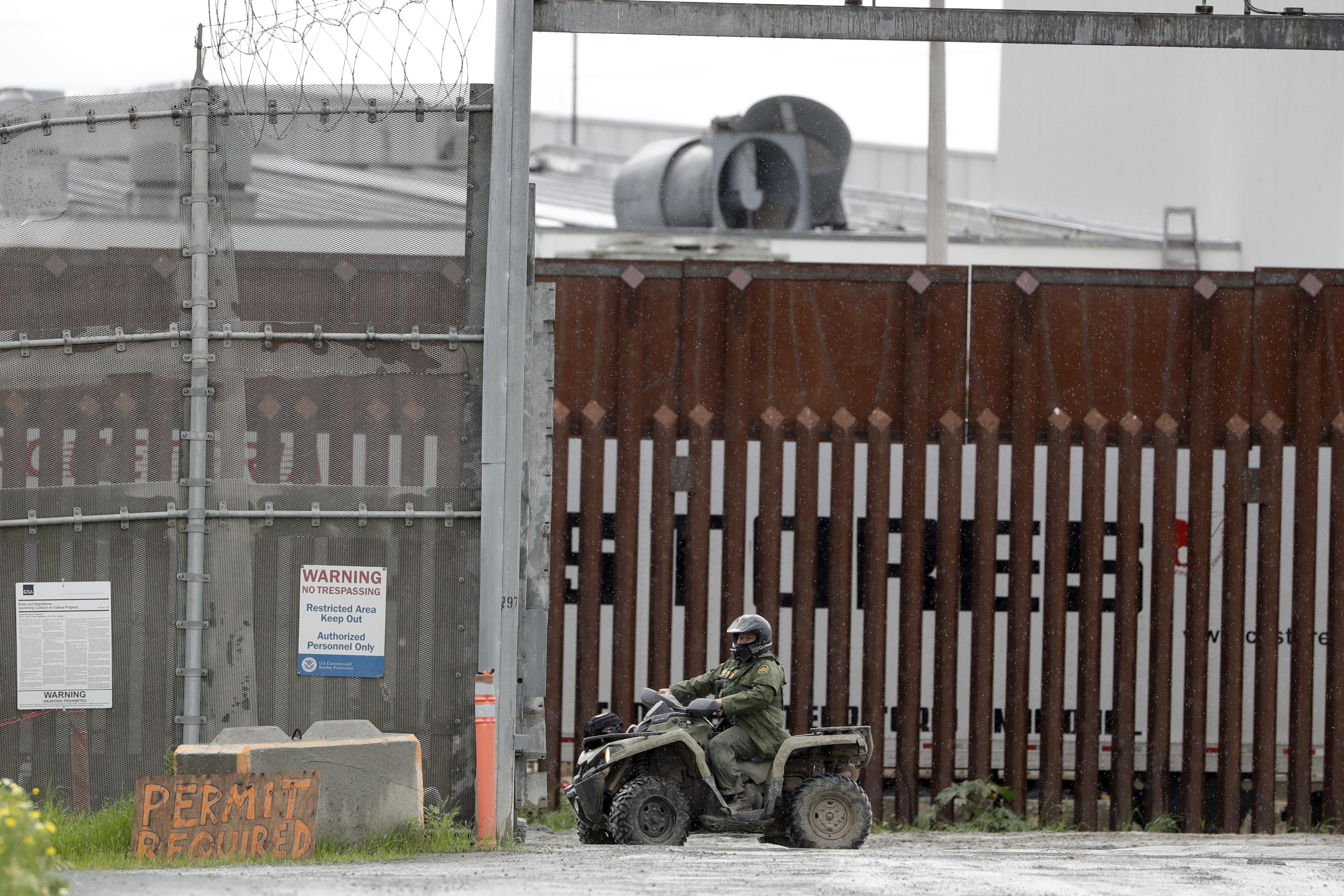 Un agente de la patrulla fronteriza monta un vehículo a lo largo de un muro fronterizo que separa Tijuana, México, de San Diego, el miércoles 18 de marzo de 2020, en San Diego.