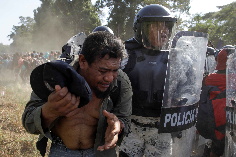 Un migrante es detenido por un el elemento de la Guardia Nacional (Foto: Andrés Martínez Casares/Reuters)