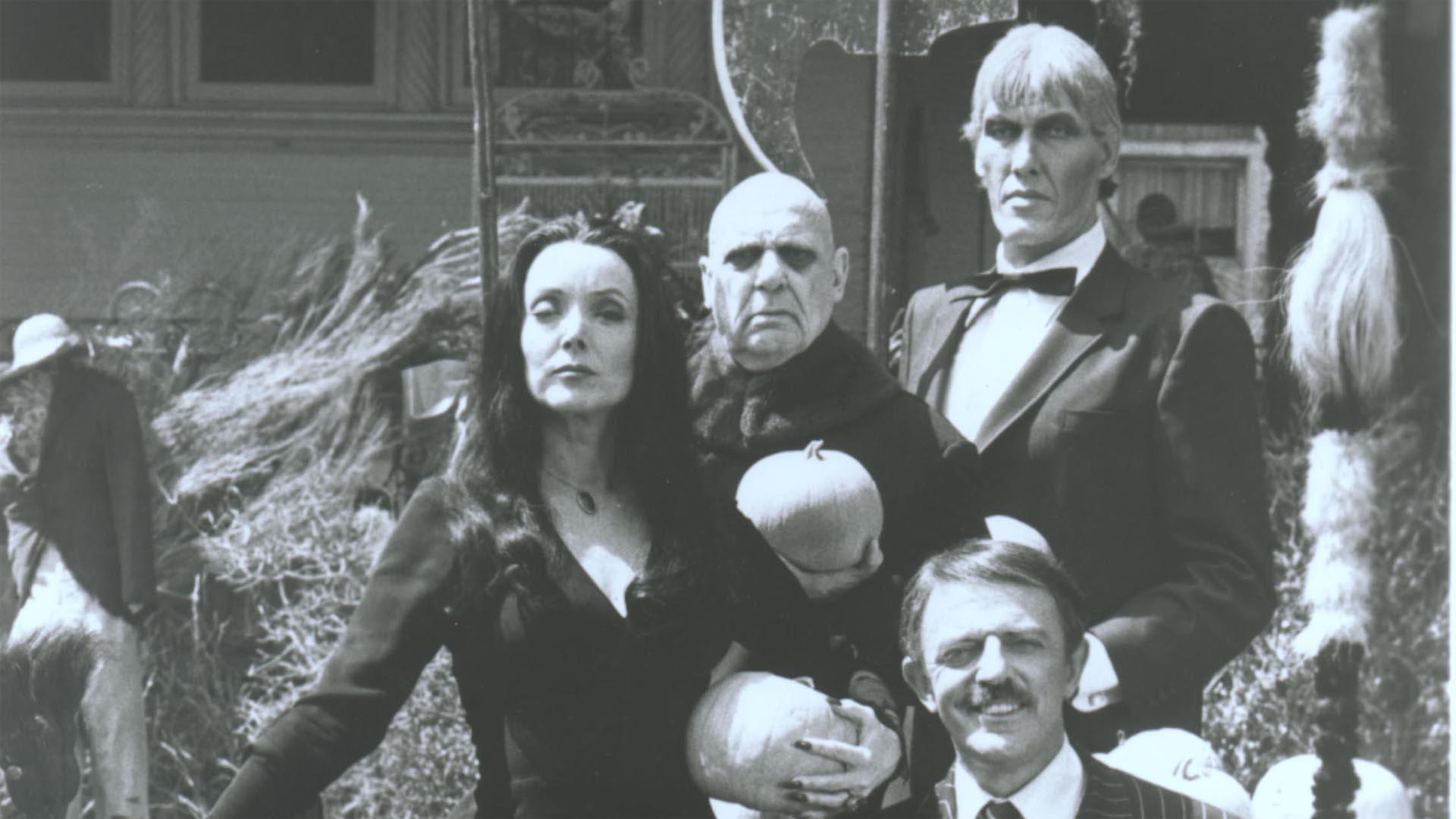 Los Locos Addams La Historia Detras De Una Familia Muy Normal Y Las Mujeres Que Pudieron Haber Sido Morticia En La Vida De Su Creador Infobae