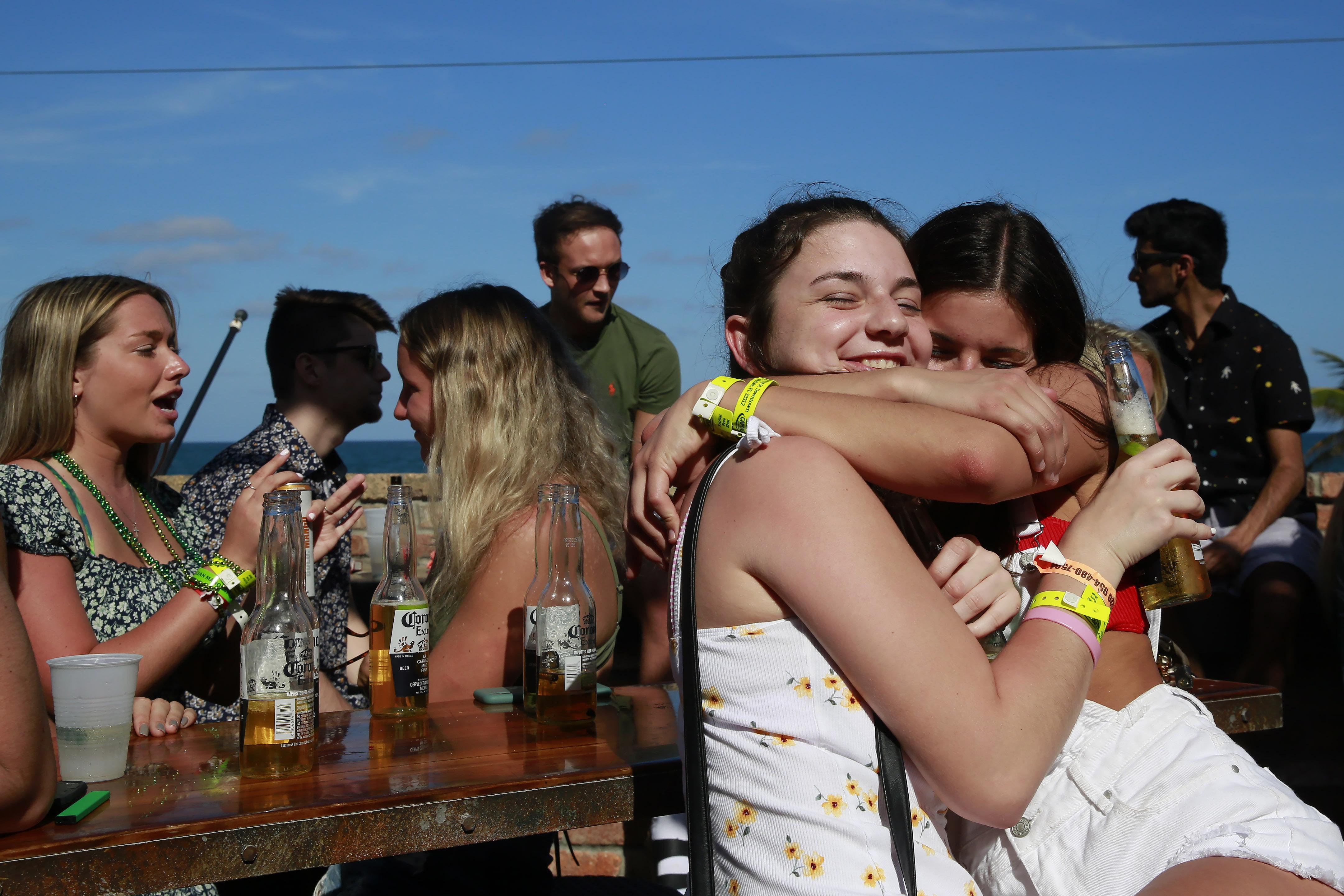 Los jóvenes de vacaciones no parecen hacer caso a las recomendaciones de evitar las reuniones y el contacto personal (AP)