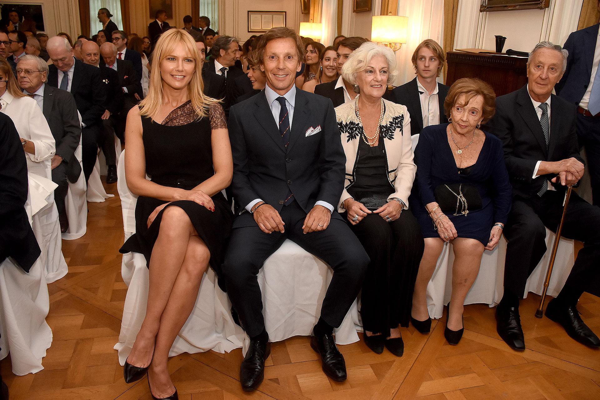 Valeria Mazza y Alejandro Gravier sentados en primera fila junto a Mónica Ferreira, madre de Valeria Mazza, y a María Cristina Cirio y Emilio Gravier, padres de Alejandro Gravier