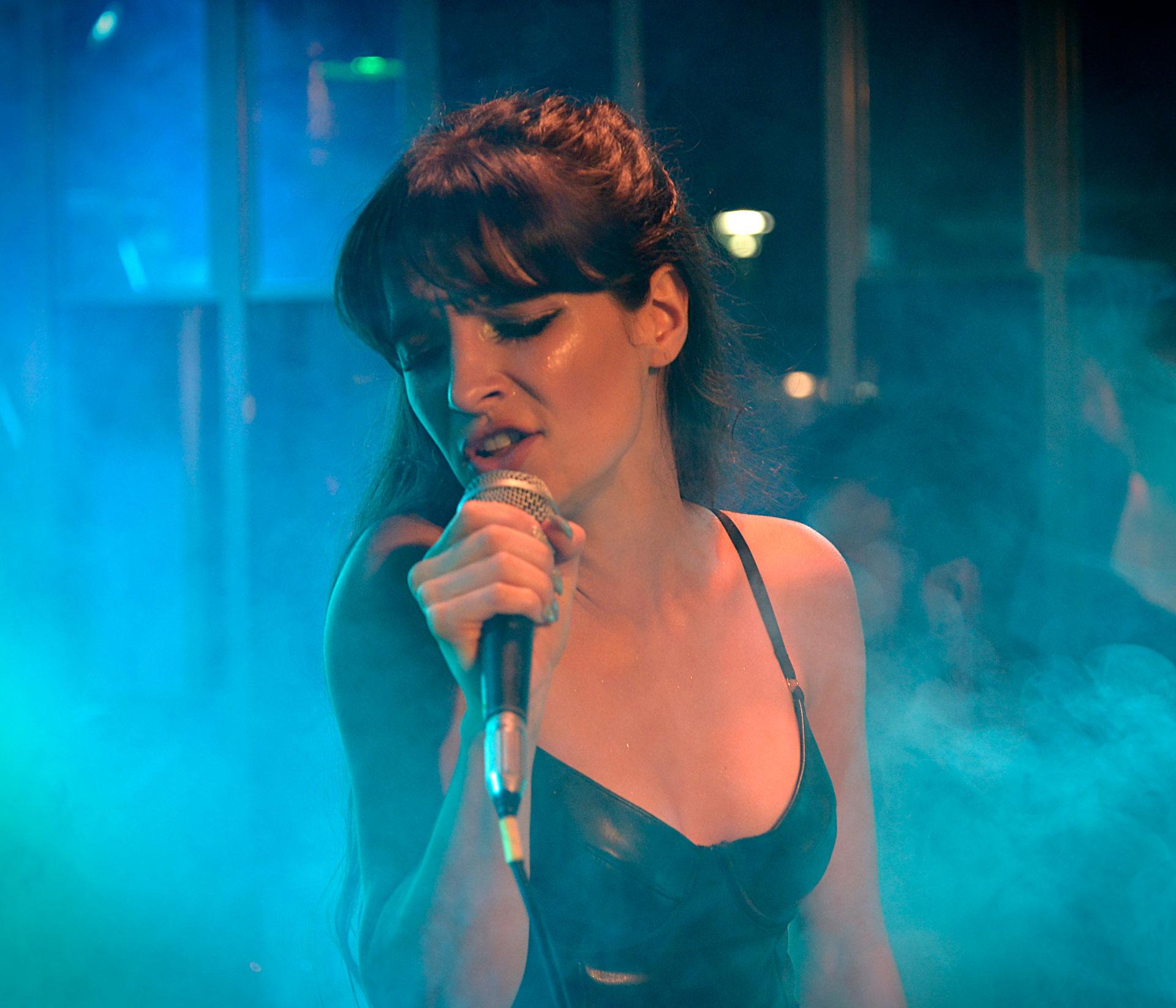 Brenda Asnicar en plena actuación