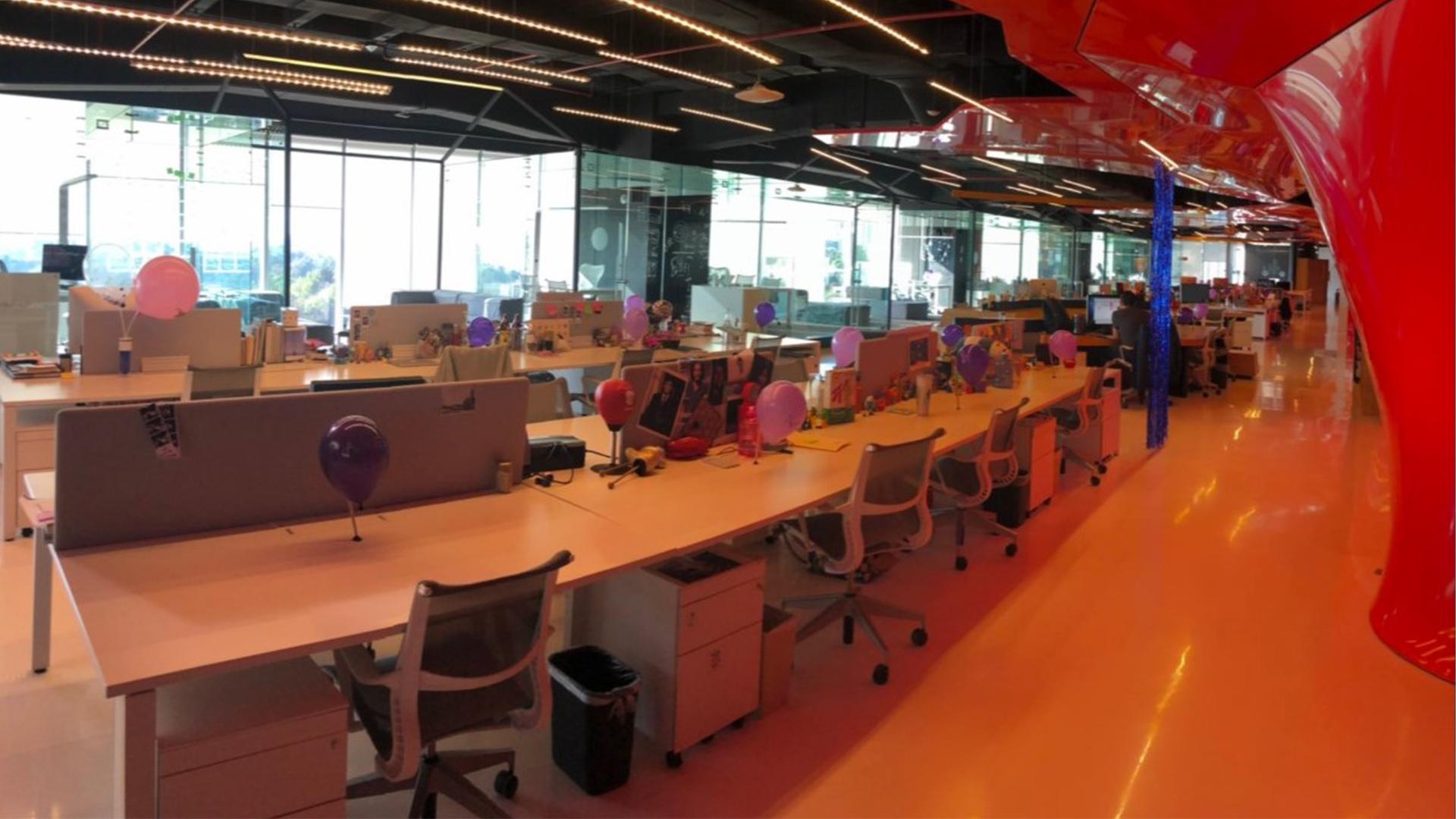 En esta oficina las mujeres representan el 90% de la fuerza laboral (Foto: Twitter@netohz)