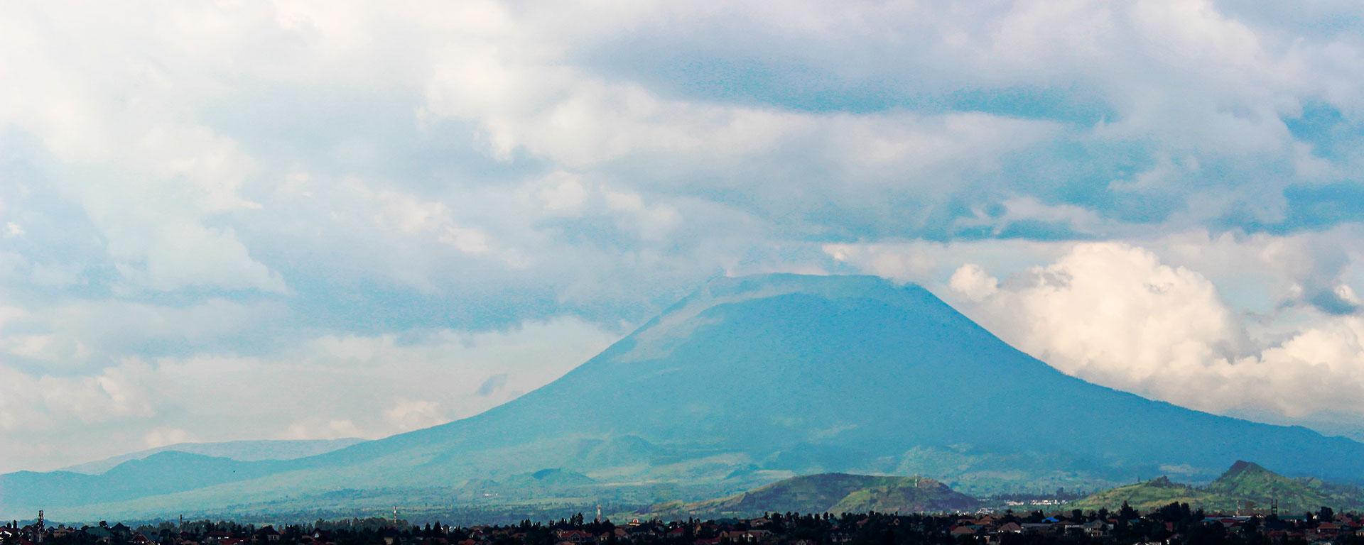 NYIRAGONGO - CONGO: Uno de los volcanes más activos en la actualidad. Durante 1977 causó varias decenas de muertos al entrar en erupción, de manera sorpresiva