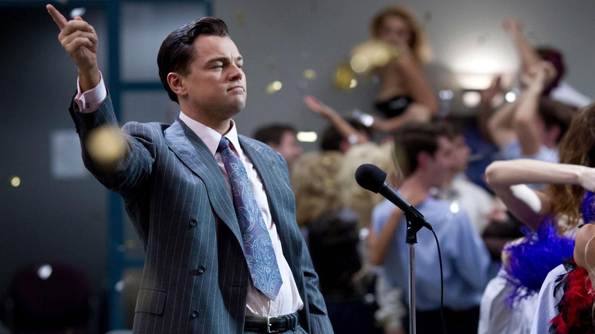 Leonardo DiCaprio interpretando a Jordan Belfort en