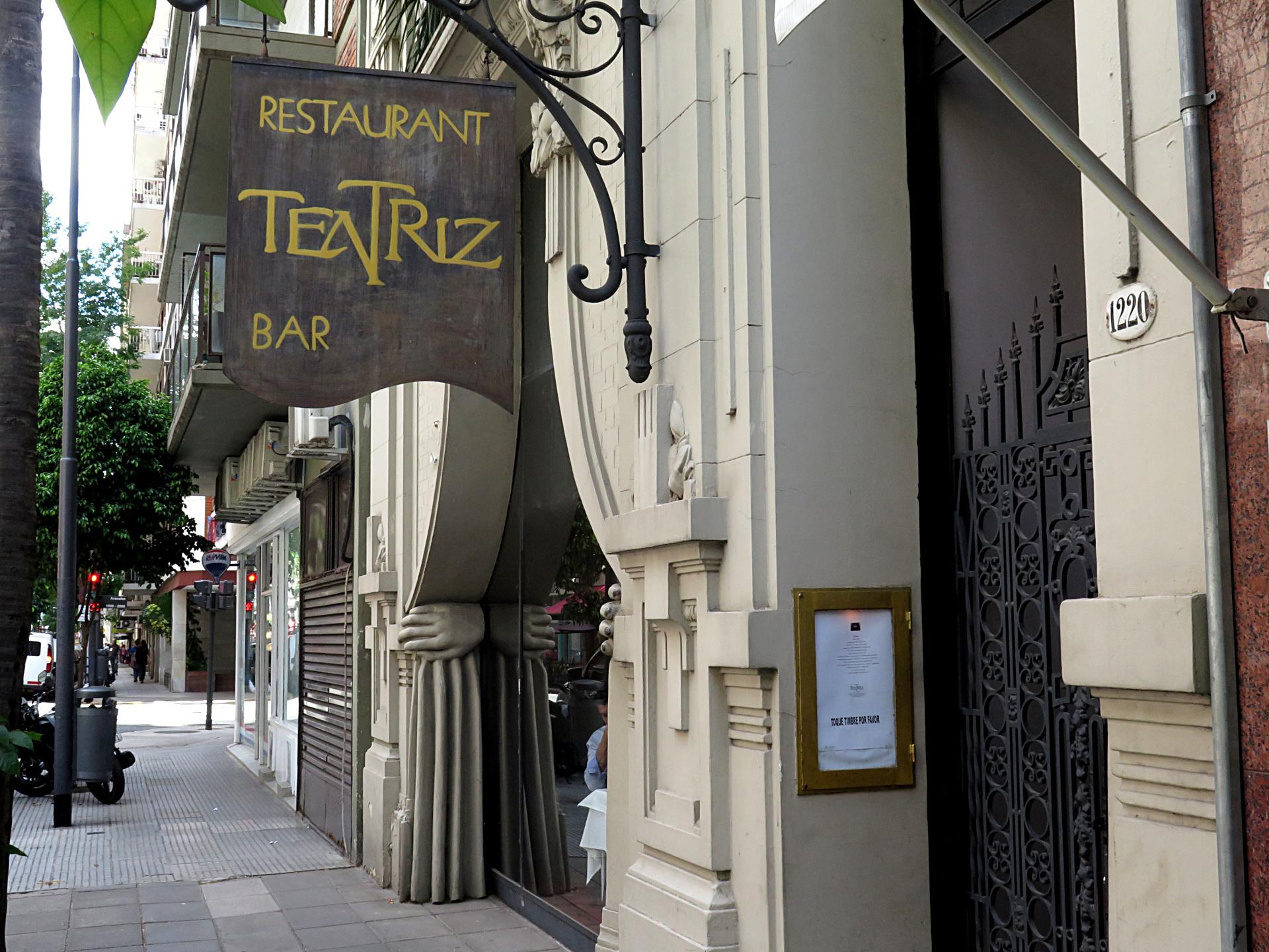 Conoció personalmente al ex presidente Néstor Kirchner en 1998, cuando era gobernador de Santa Cruz, en una cena en el restaurante Teatriz, en el barrio porteño de Recoleta. Hay muchas versiones sobre ese primer encuentro, entre ellas, que quien lo llevó a hablar con Kirchner fue su esposa, Cristina Fernández de Kirchner.