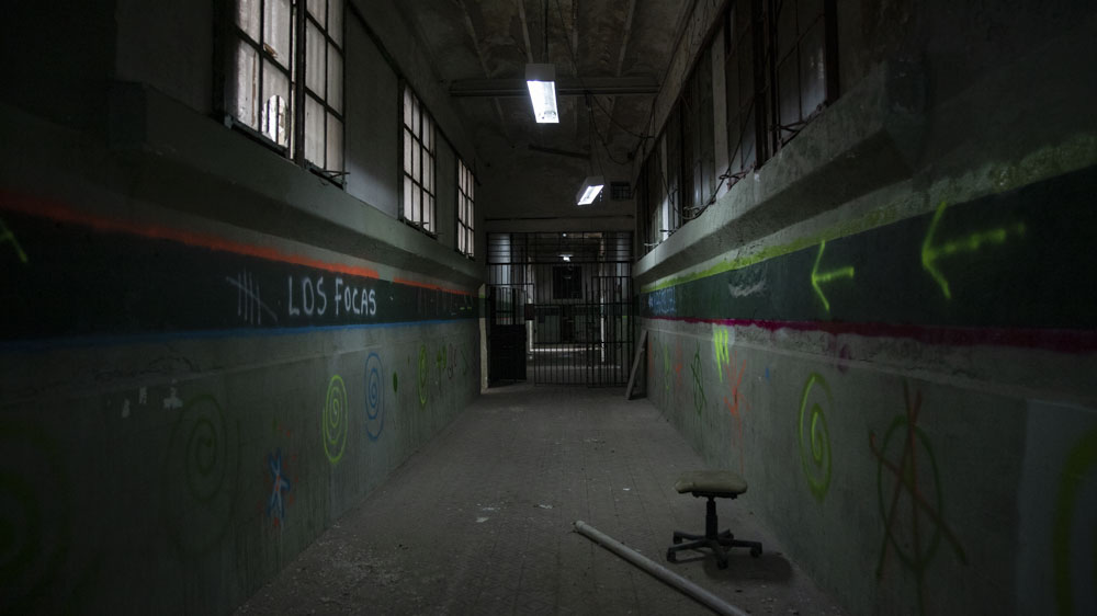 En otros pasillos, la pintura casi sin signos del paso del tiempo, frases en aerosol, símbolos, hacen pensar en cambio al penal de