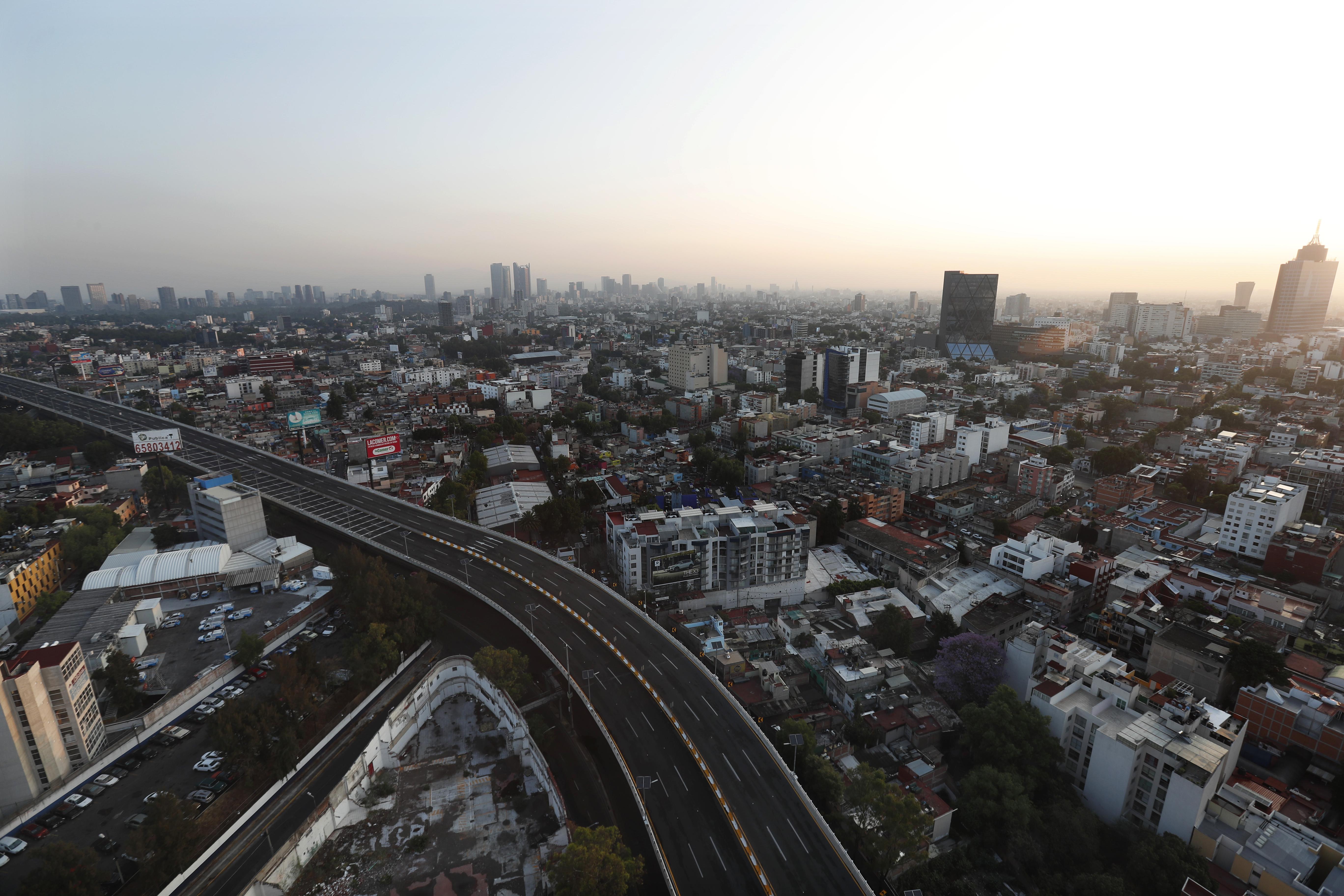 Una carretera principal sin tráfico en la Ciudad de México, el domingo 22 de marzo de 2020.