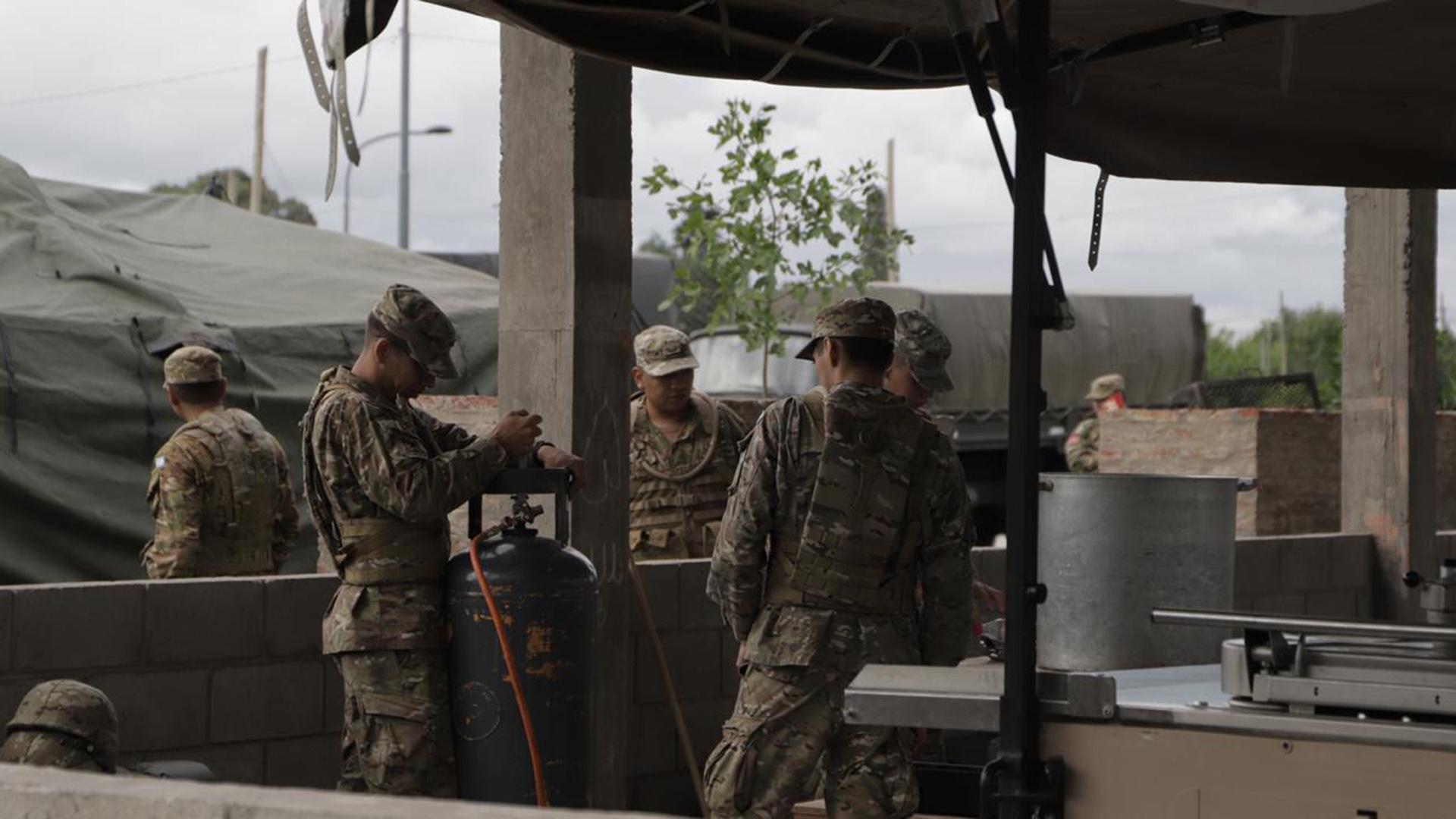 Los efectivos del Ejército que están desplegados pertenecen a los regimientos de Granaderos a Caballo General San Martín; Regimiento de Infantería 1 Patricios y Regimiento de Infantería 1 Iriarte